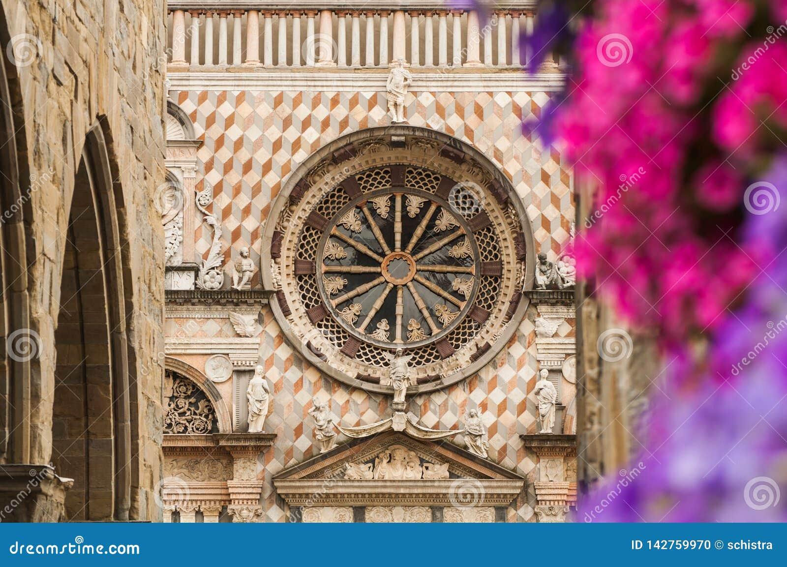 Kathedraal van Bergamo nam venster en bloemen toe