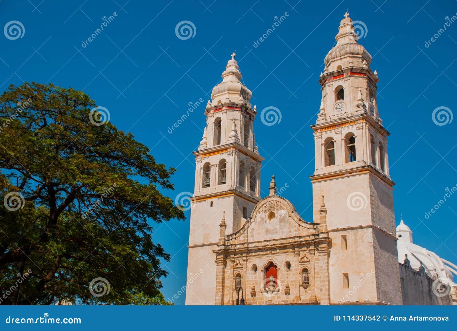 Kathedrale auf dem Hintergrund des blauen Himmels San Francisco de Campeche, Mexiko