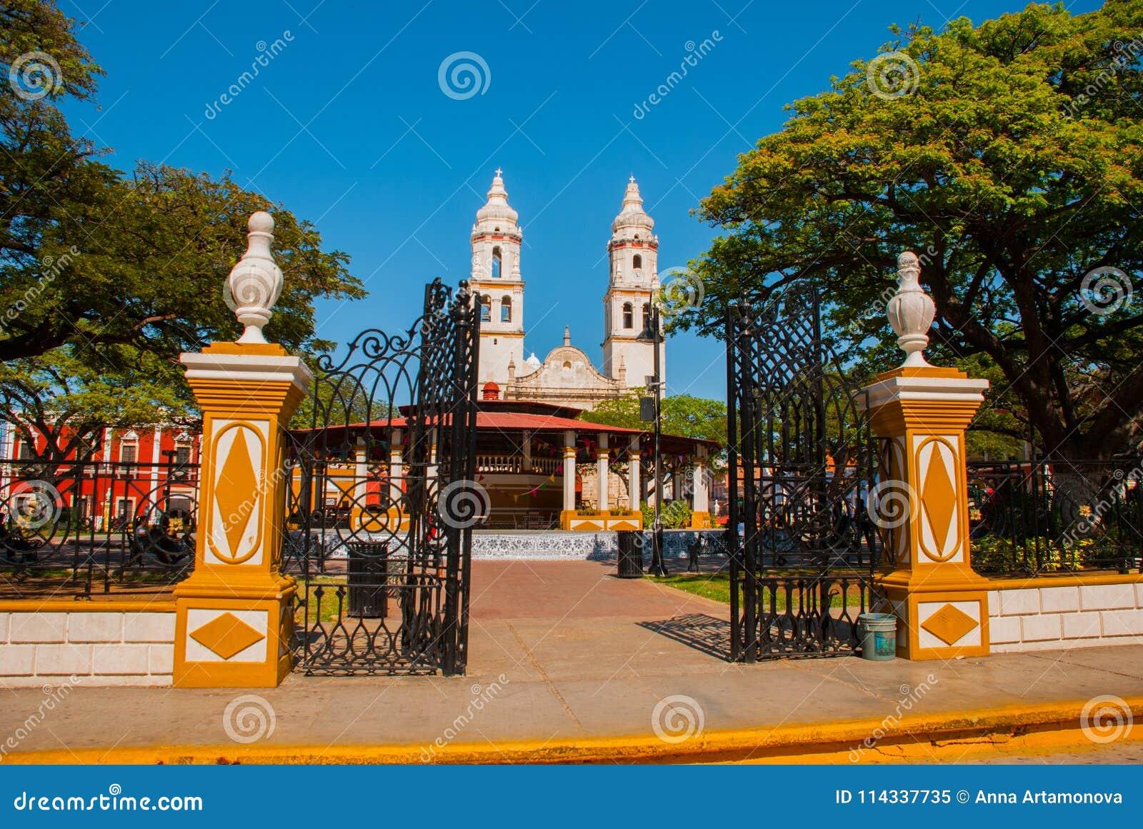 Kathedrale, Campeche, Mexiko: Plaza de la Independencia, in Campeche, Mexiko-` s alte Stadt von San Francisco de Campeche