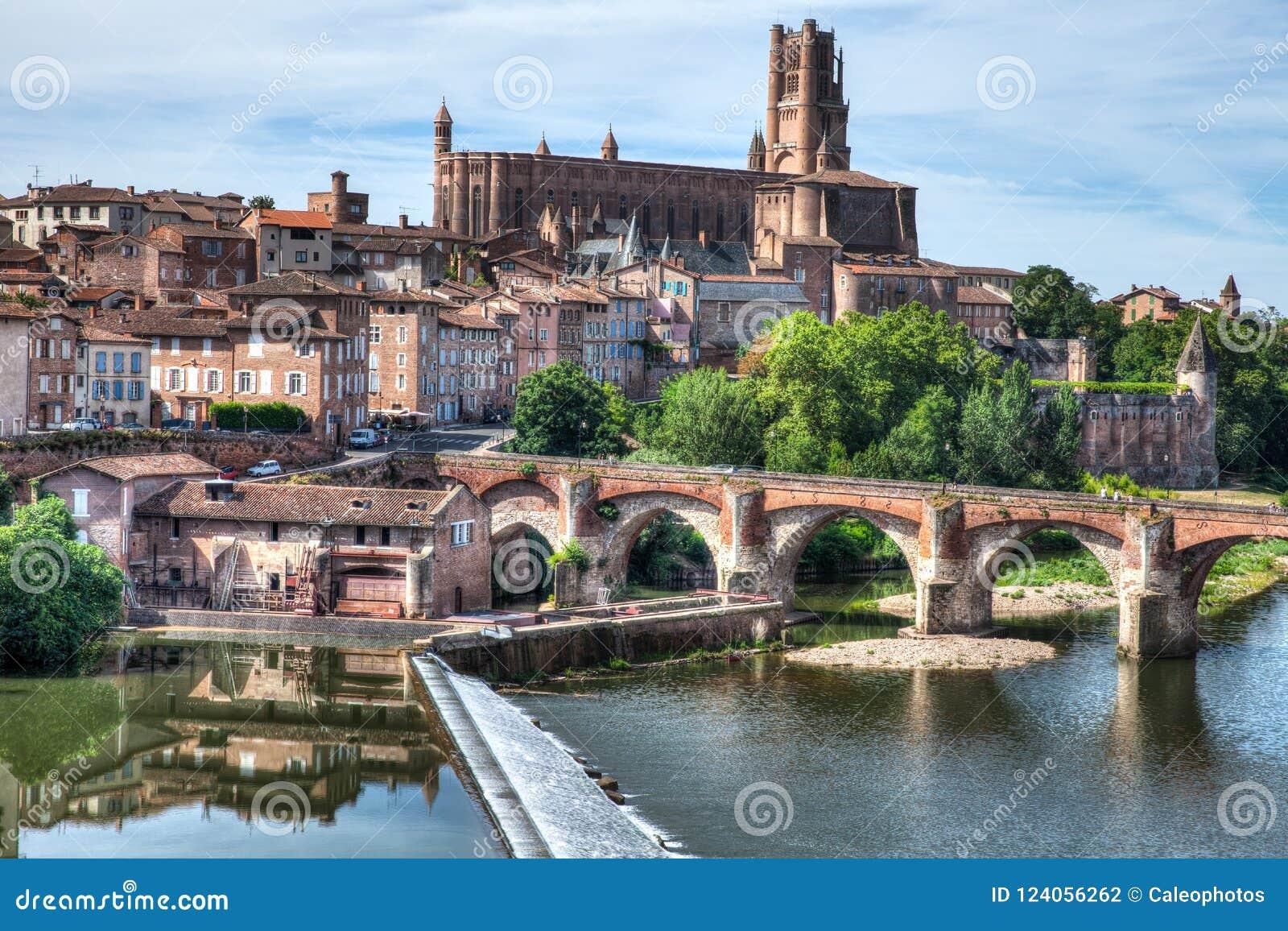 Kathedrale von Albi Frankreich mit dem Fluss im Vordergrund