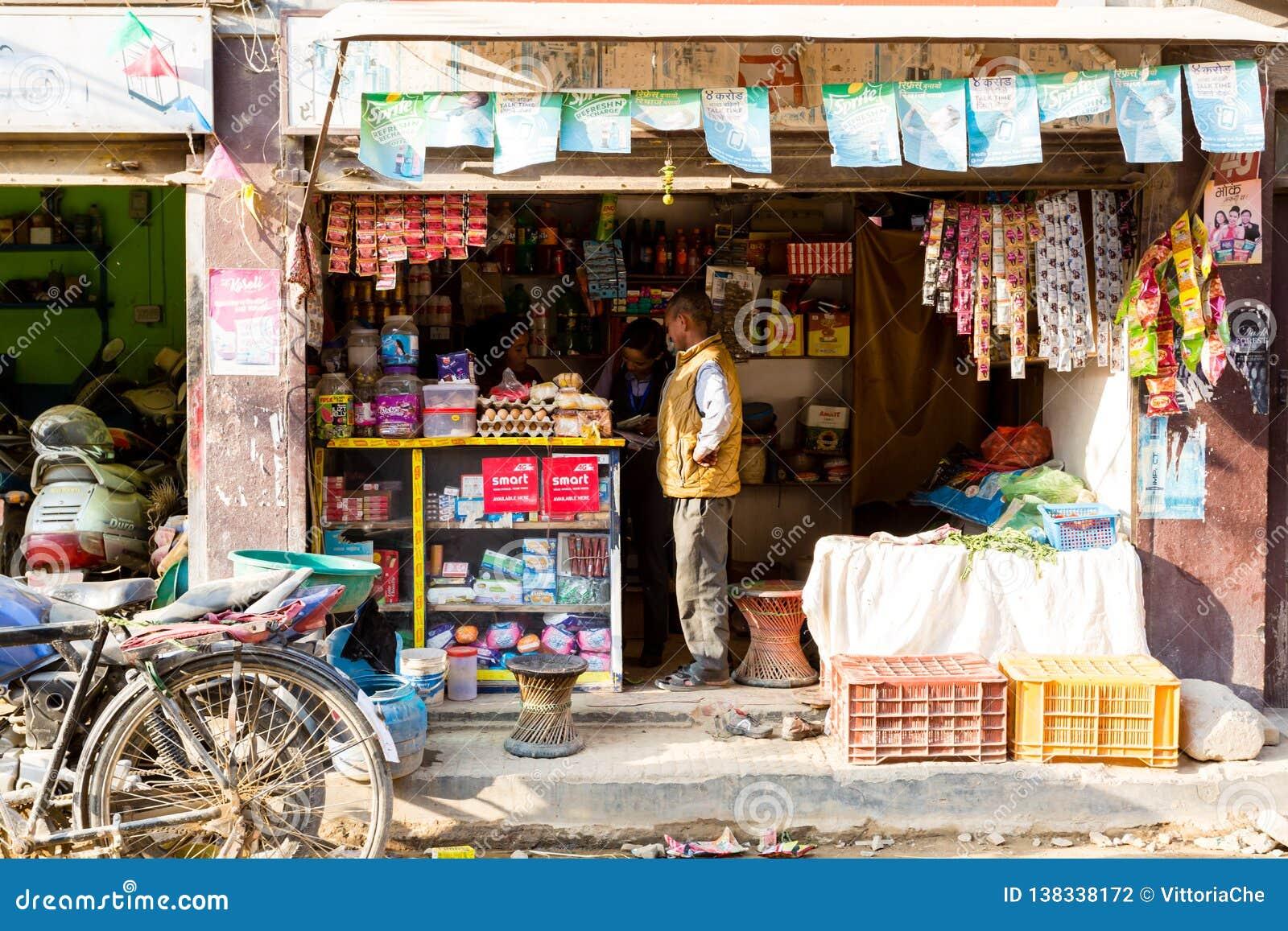 Kathmandu, Nepal - 4 novembre 2018: Donne che lavorano in un piccolo negozio in via centrale di Kathmandu