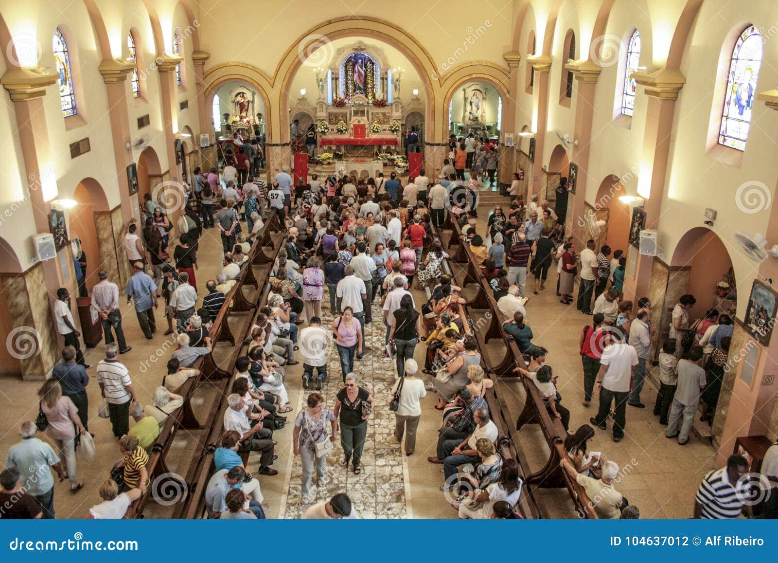 Download Katholieke Massa Ter Ere Van St Jude Day Redactionele Fotografie - Afbeelding bestaande uit kruis, metropolis: 104637012