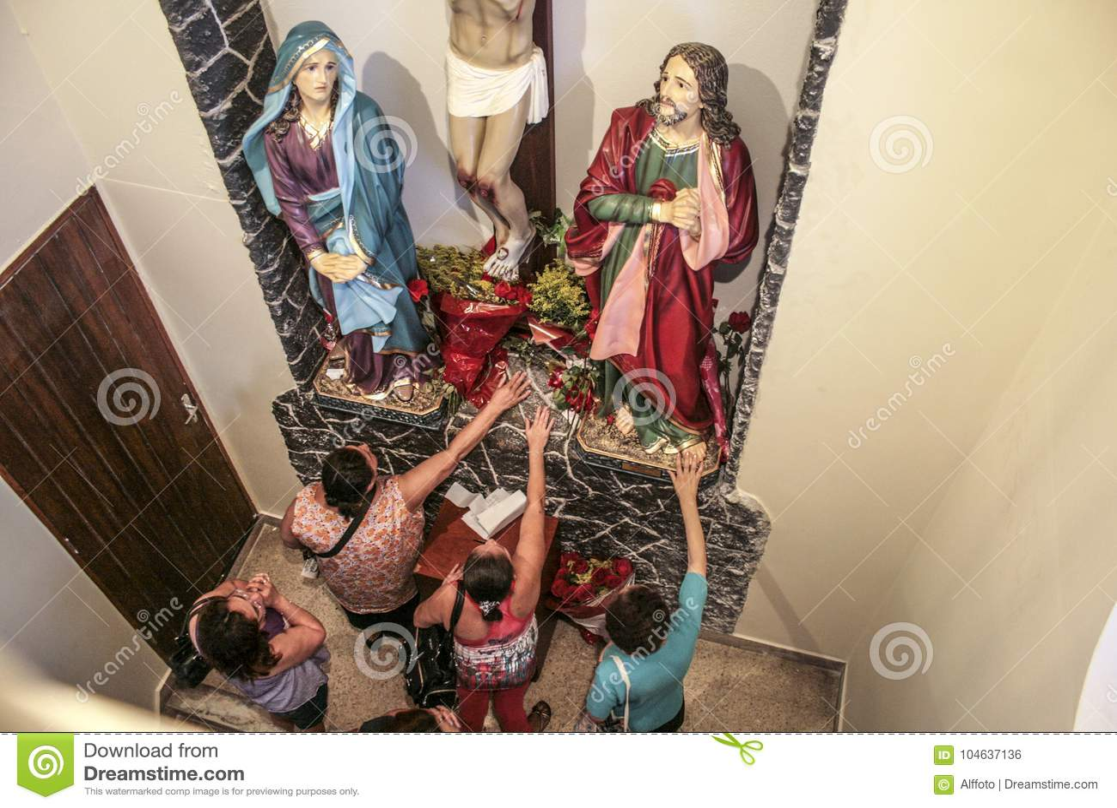 Download Katholieke Massa Ter Ere Van St Jude Day Redactionele Foto - Afbeelding bestaande uit godsdienstig, katholiek: 104637136