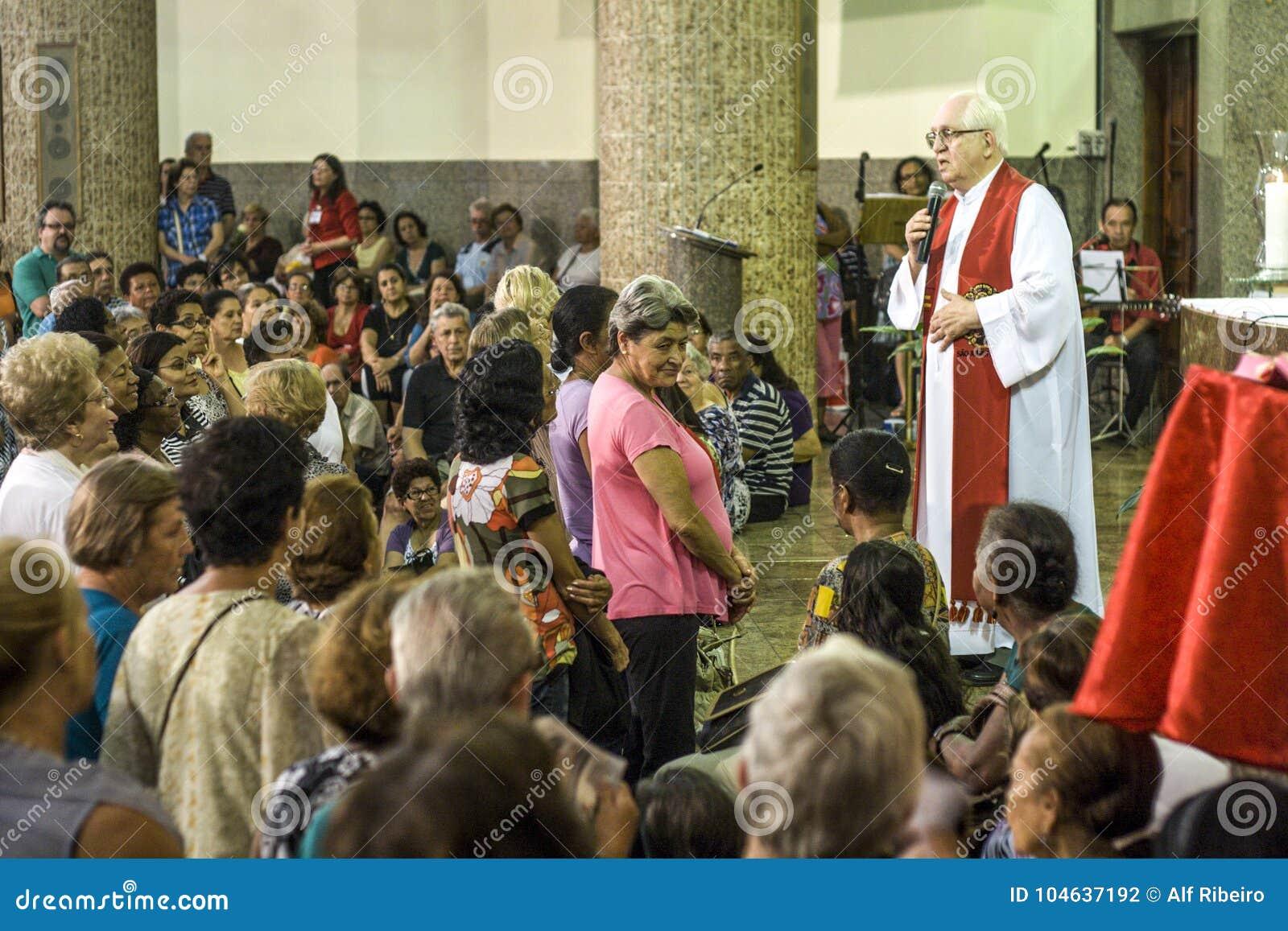 Download Katholieke Massa Ter Ere Van St Jude Day Redactionele Fotografie - Afbeelding bestaande uit katholiek, jude: 104637192