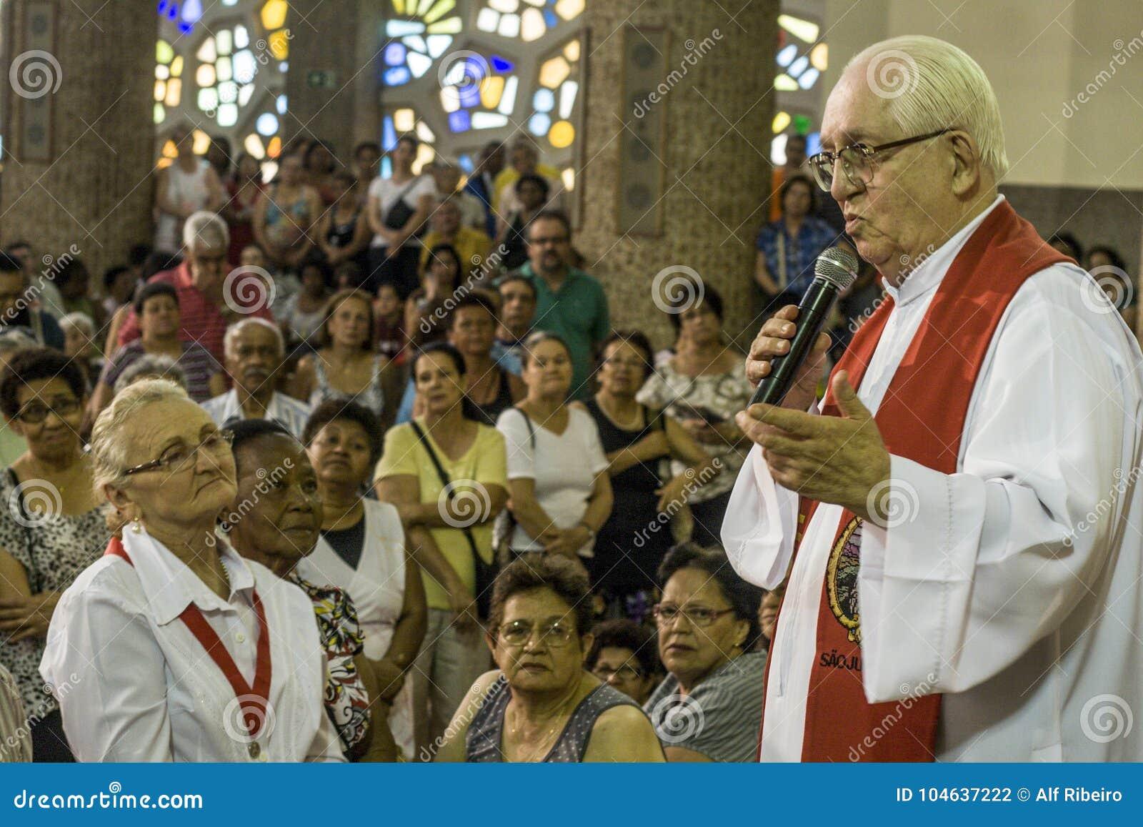Download Katholieke Massa Ter Ere Van St Jude Day Redactionele Fotografie - Afbeelding bestaande uit bouw, christus: 104637222