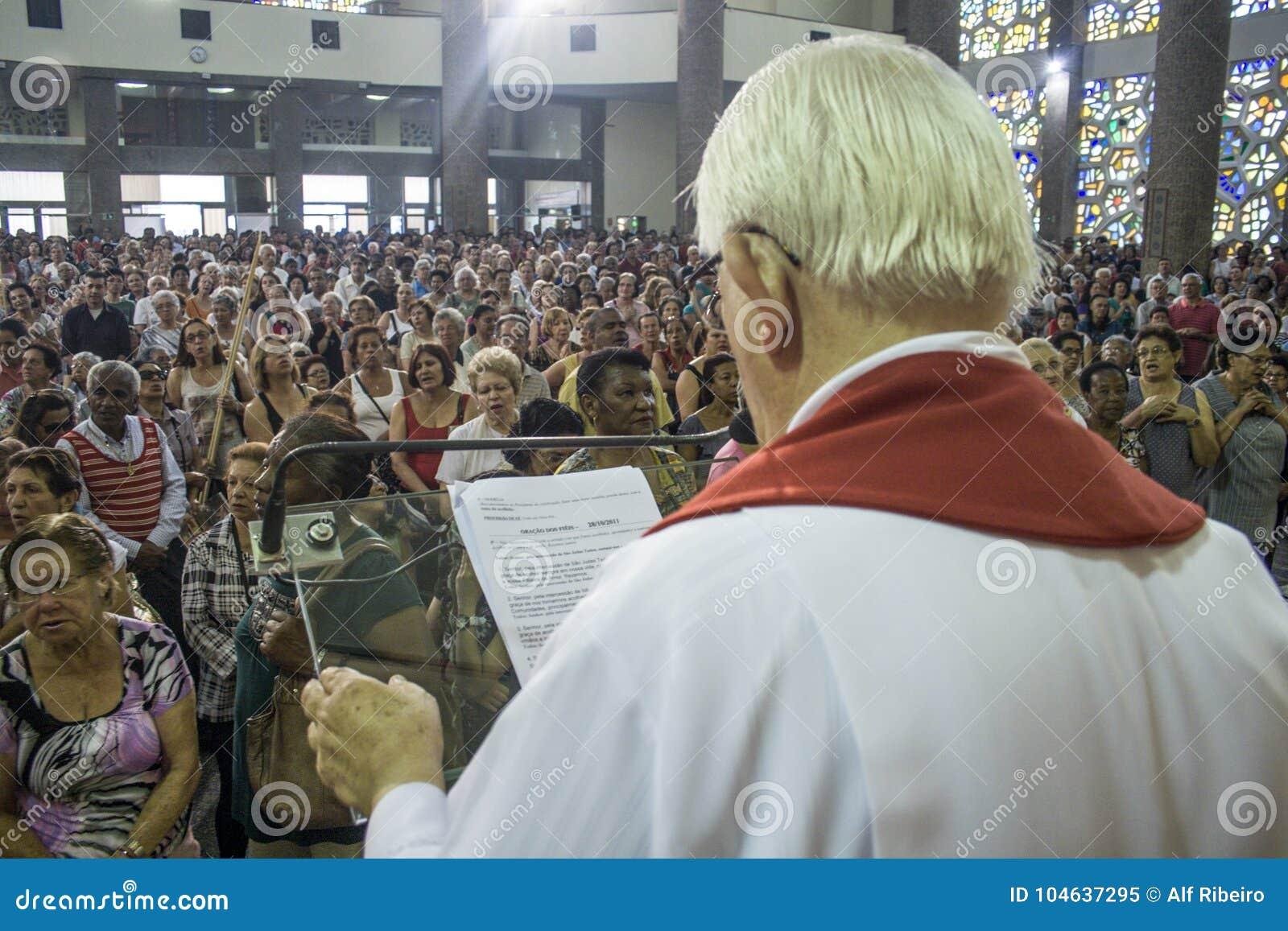 Download Katholieke Massa Ter Ere Van St Jude Day Redactionele Afbeelding - Afbeelding bestaande uit brazilië, bouw: 104637295
