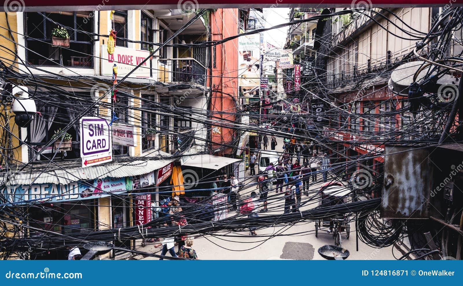 KATMANDU, NEPAL 05 02 2018: Een mening aan overvolle straat in Thamel