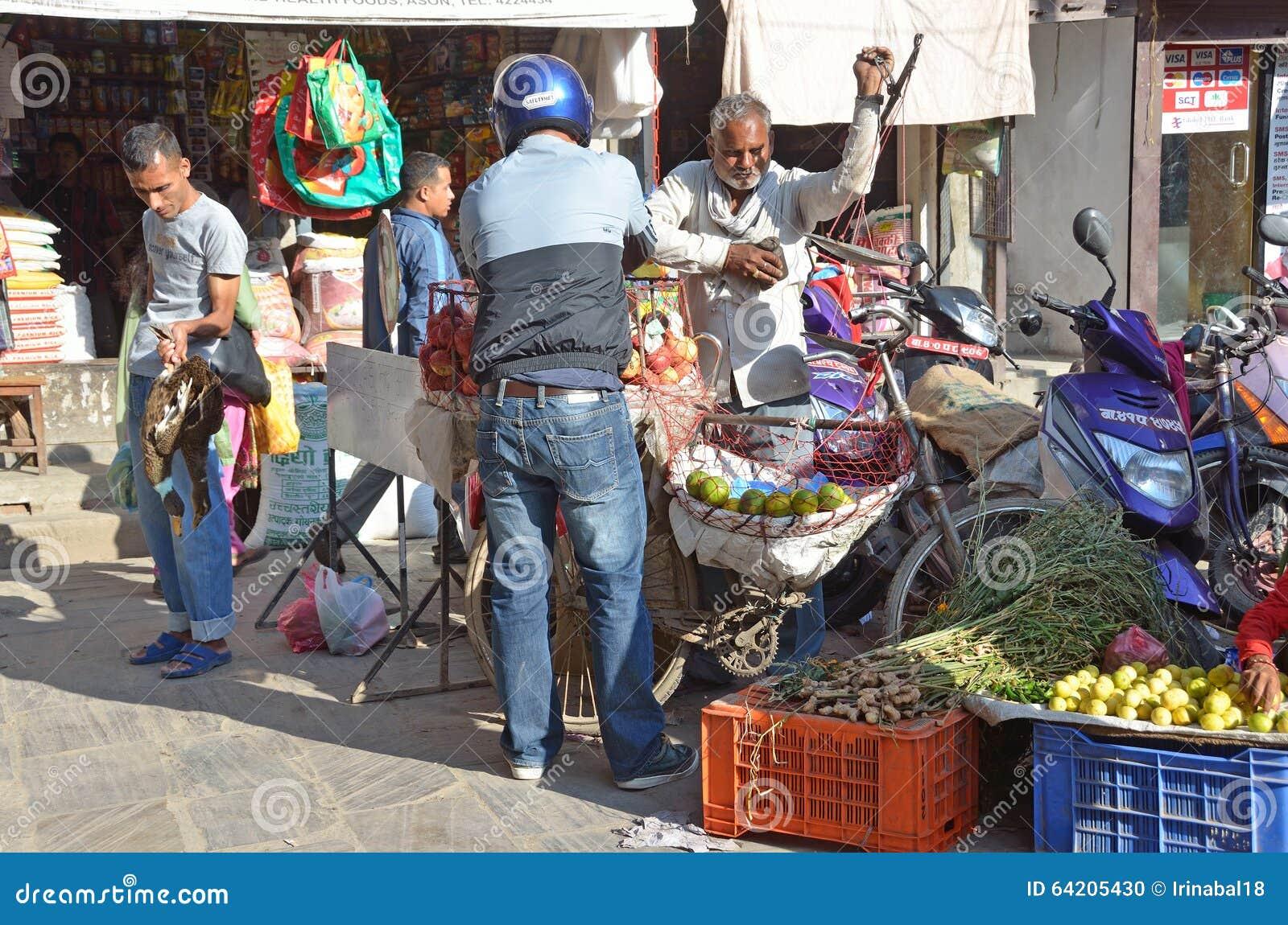 Katmandu, Nepal, octubre, 12, 2013, escena del Nepali: La gente vende verduras en la calle en Katmandu