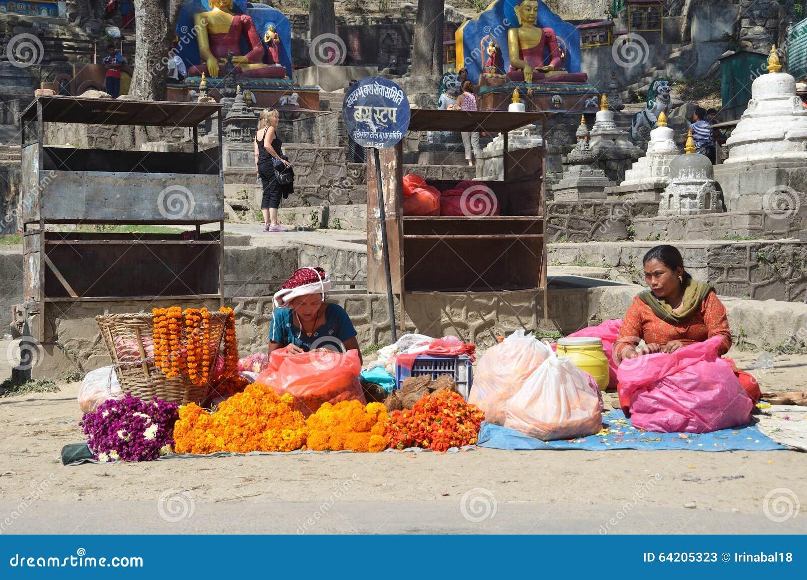 Katmandu, Nepal, octubre, 10, 2013, escena del Nepali: Las mujeres venden las flores rituales en la calle en Katmandu