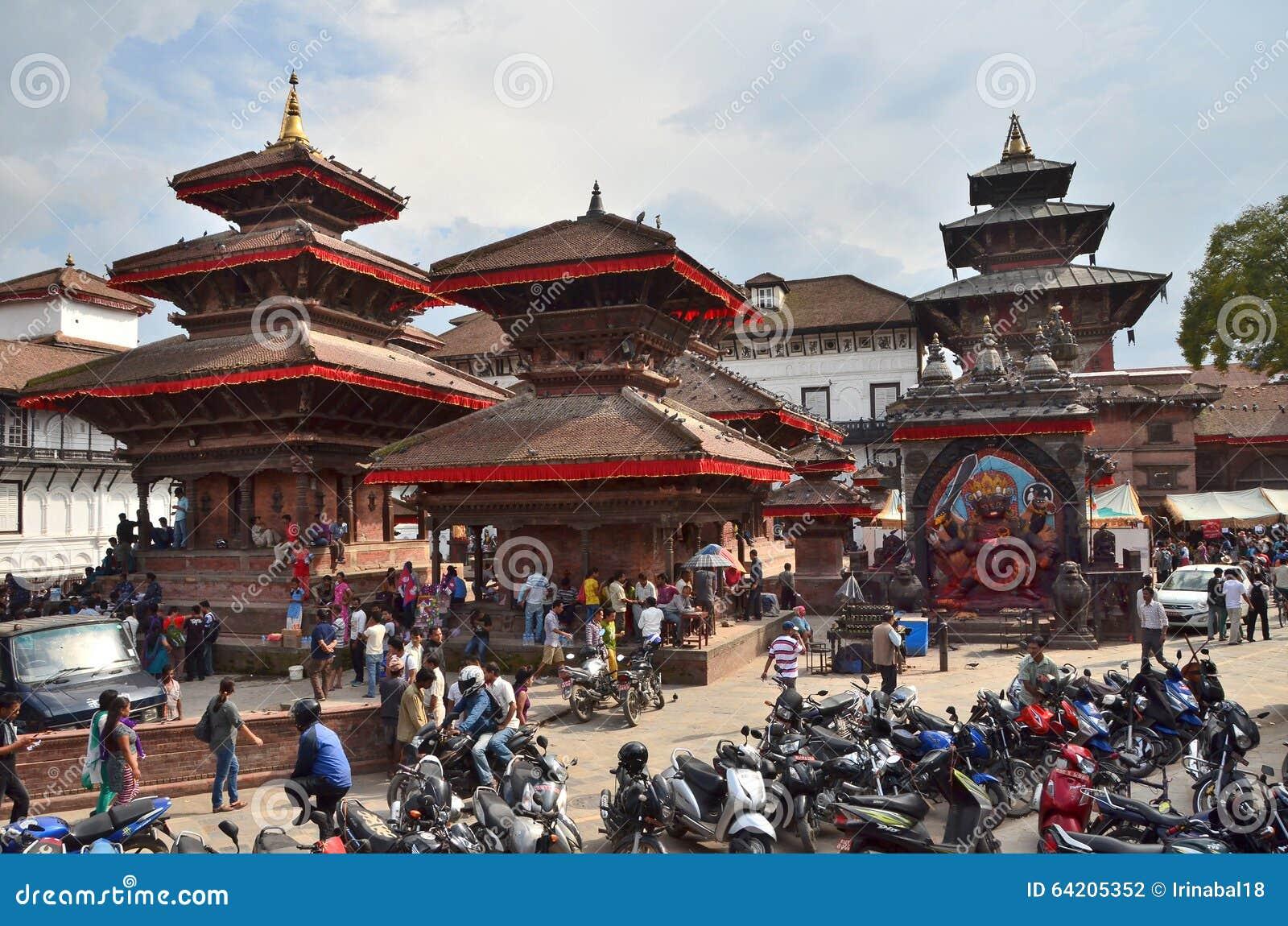 Katmandu, Nepal, septiembre, 27, 2013, escena del Nepali: Gente que camina en el cuadrado antiguo de Durbar