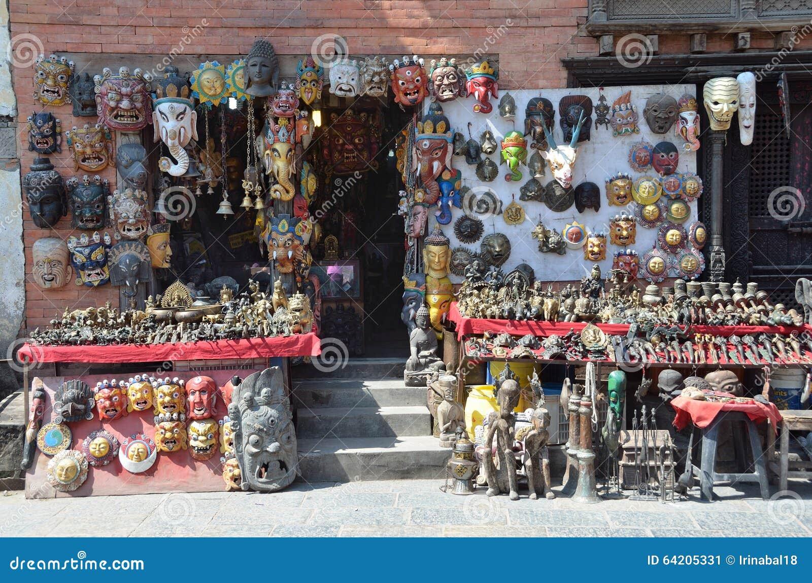 Katmandu, Nepal, septiembre, 29, 2013, escena del Nepali: venta por los souvenires en el complejo budista de Swayambhunath