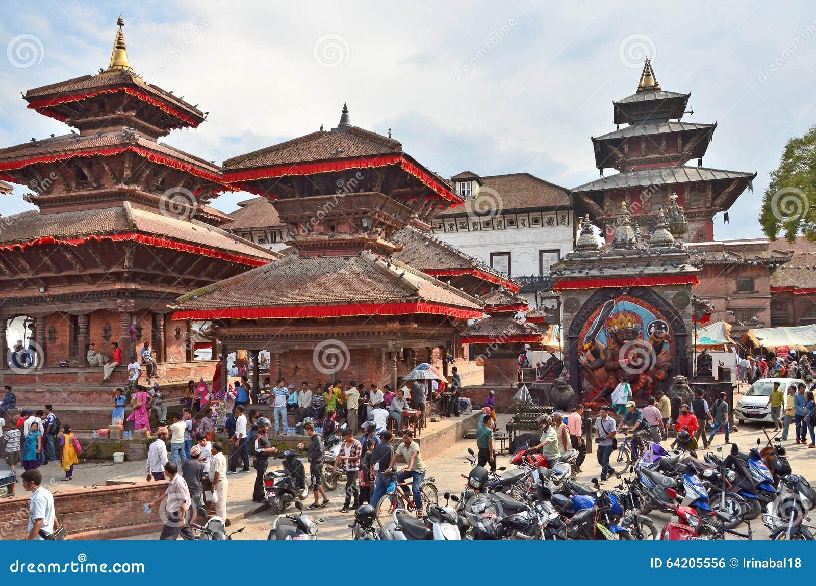Katmandu, Nepal, Setember, 27, 2013, escena del Nepali: Gente que camina en el cuadrado antiguo de Durbar En puede parcialmente e