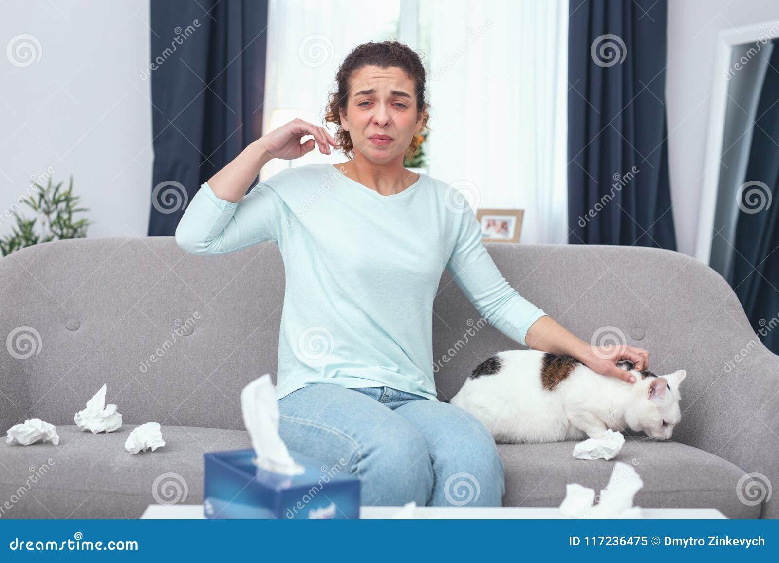 Kattägare för ung dam som är rysligt allergisk till kattpäls