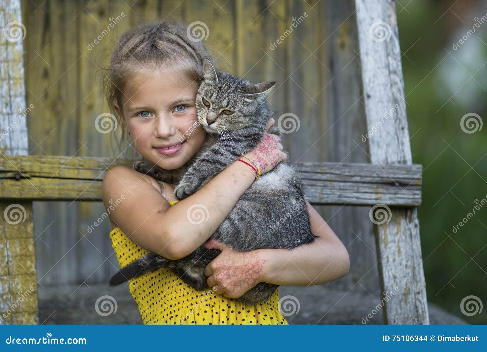 Kattflicka little som leker Natur