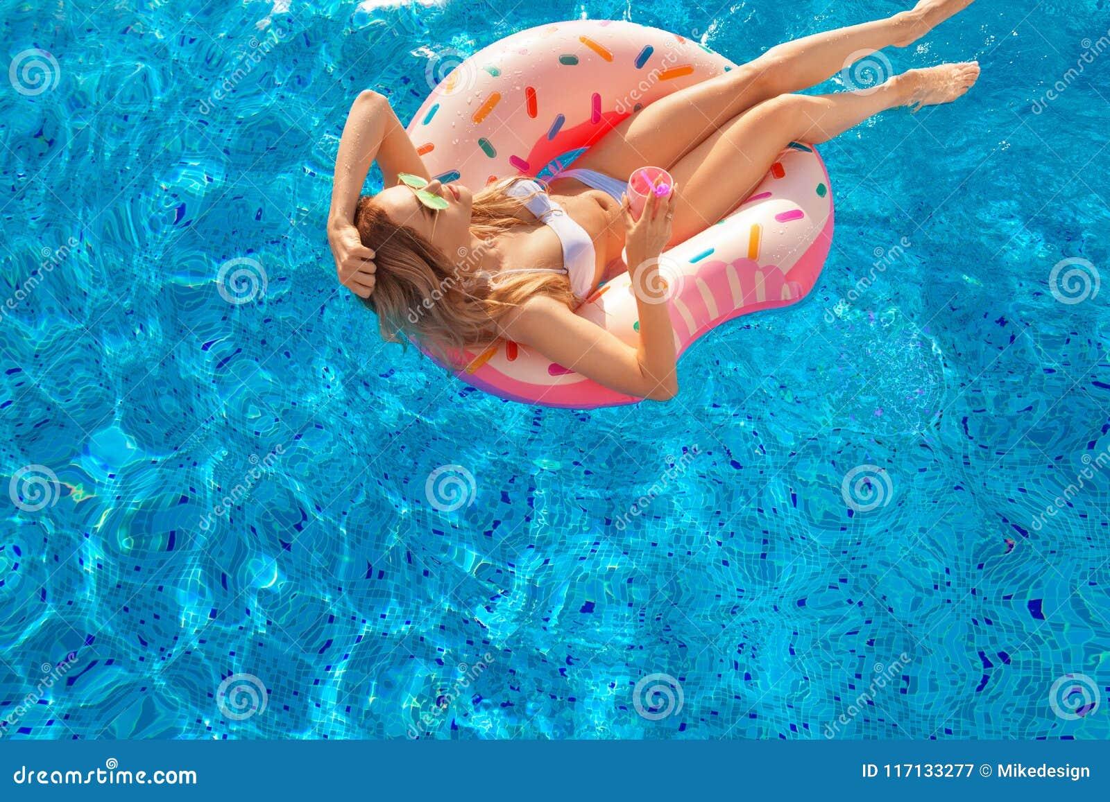Katya krasnodar夏天领土假期 比基尼泳装的妇女在温泉游泳池的可膨胀的多福饼床垫 在蓝色海的海滩