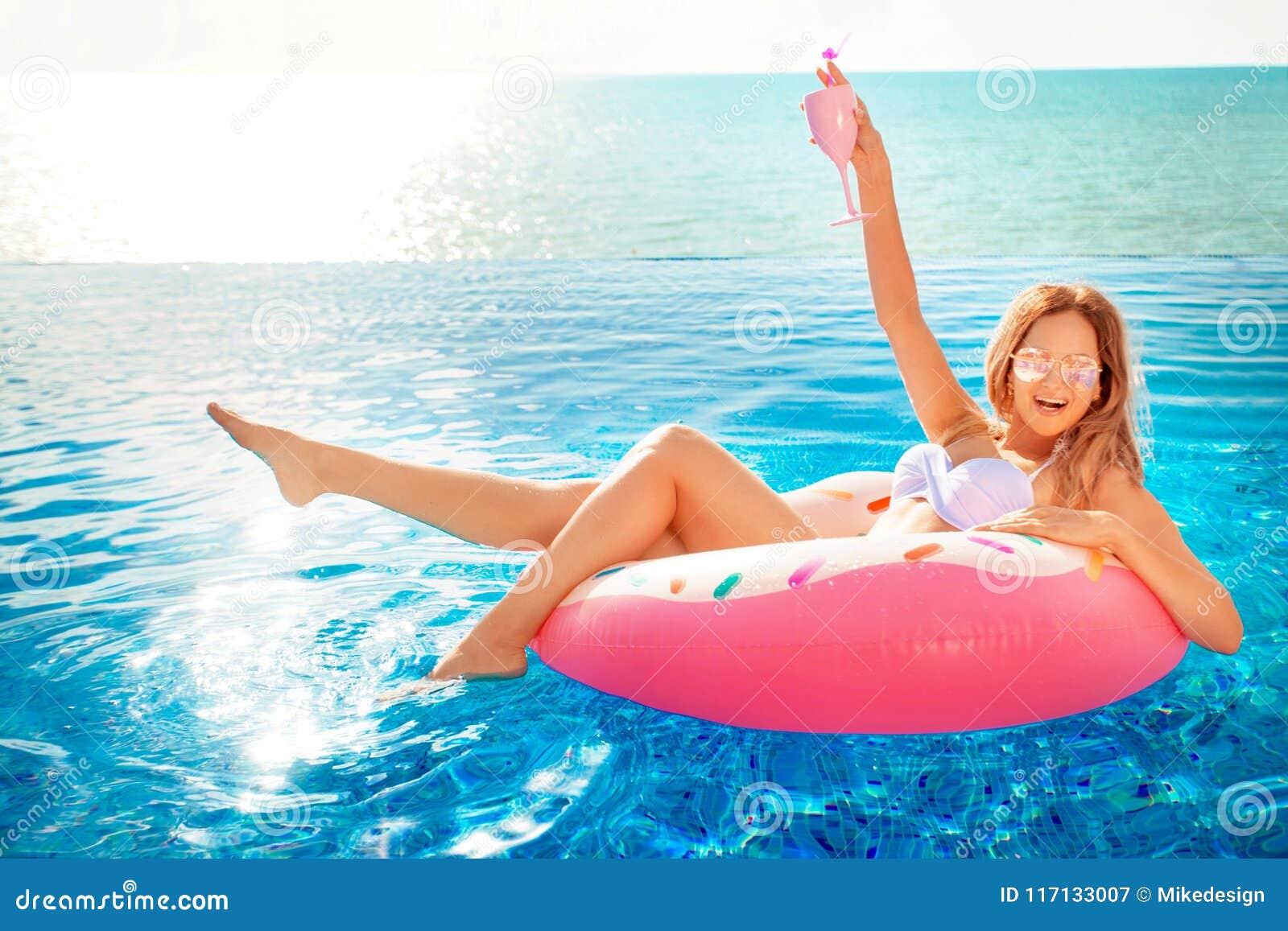 Katya krasnodar夏天领土假期 比基尼泳装的妇女在温泉游泳池的可膨胀的多福饼床垫 对海休息的旅行