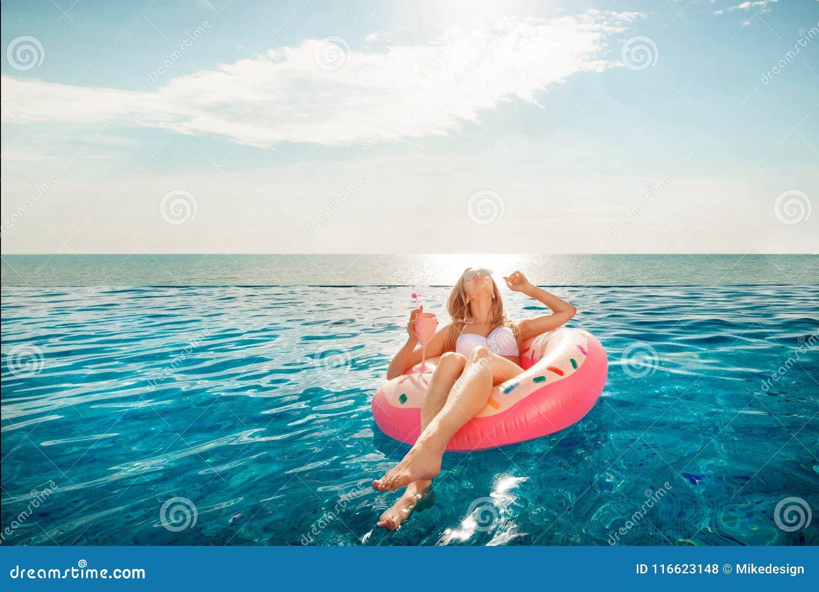 Katya krasnodar夏天领土假期 比基尼泳装的妇女在温泉游泳池的可膨胀的多福饼床垫