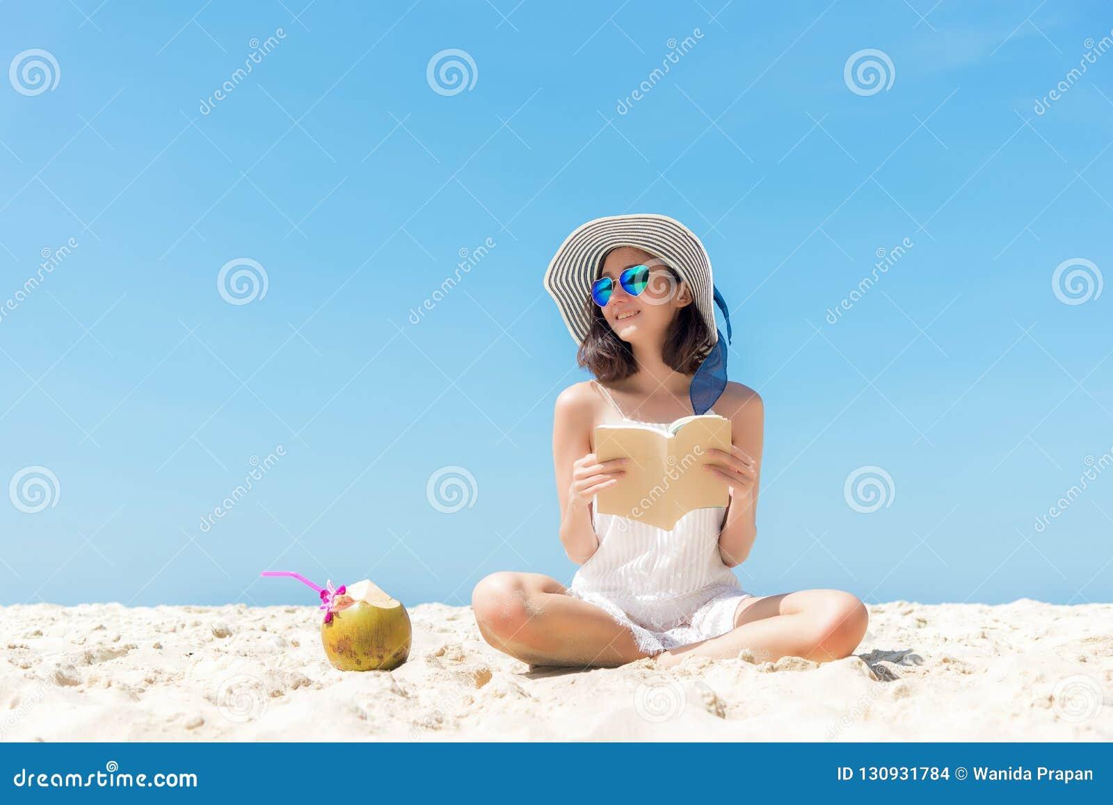 Katya krasnodar夏天领土假期 嗅到的亚洲在海滩的妇女放松和看书,很愉快和豪华在假日夏天,天空蔚蓝后面