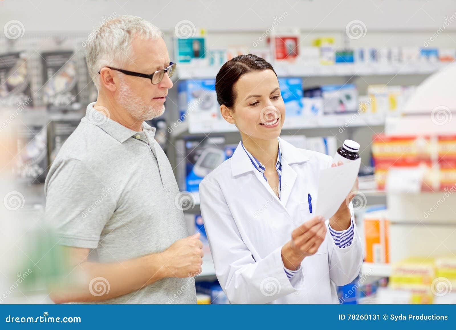 Kaufende Droge des Apothekers und des älteren Mannes an der Apotheke