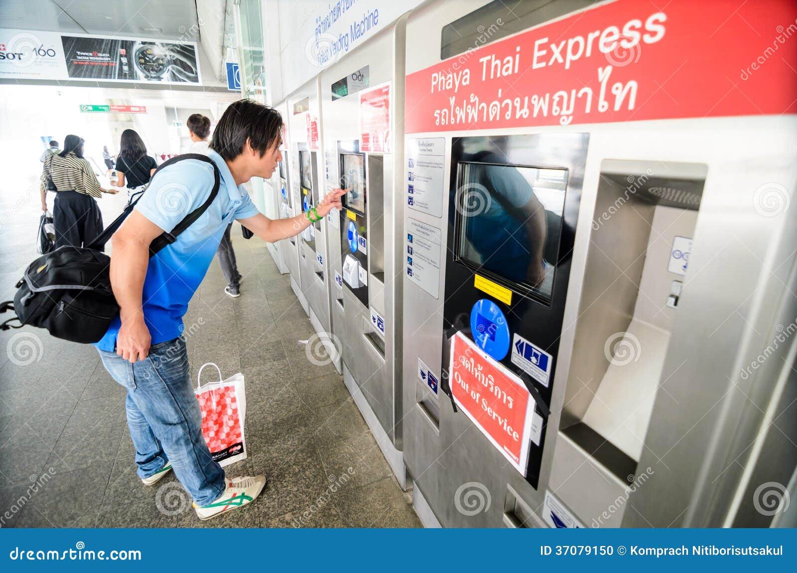 Kaufende Karten des Mannes am Flughafen-Link Thailand.