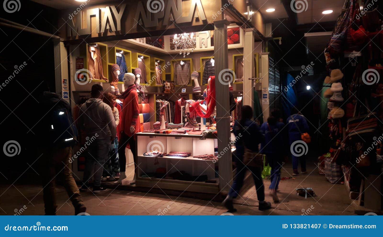 Kaufende peruanische Mode in Machu Picchu