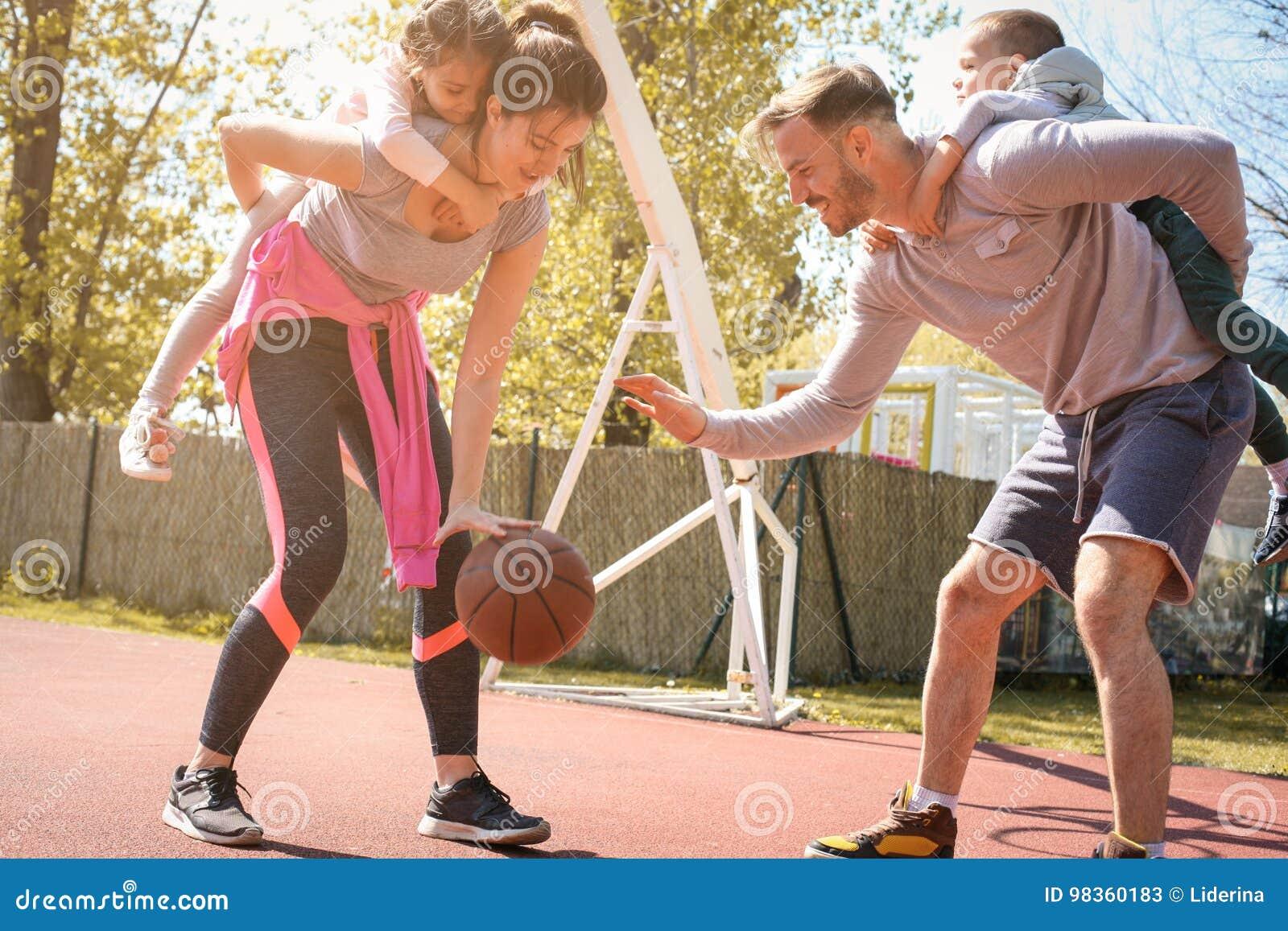 Kaukasisch familie speelbasketbal samen