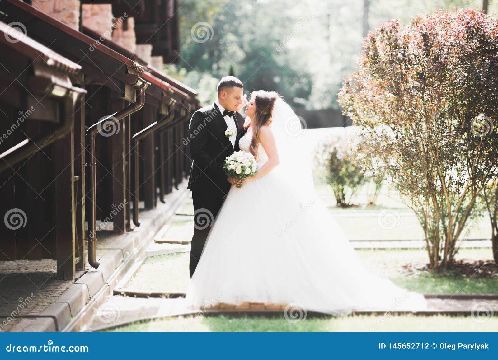Kaukasisch gelukkig romantisch jong paar die hun huwelijk vieren openlucht