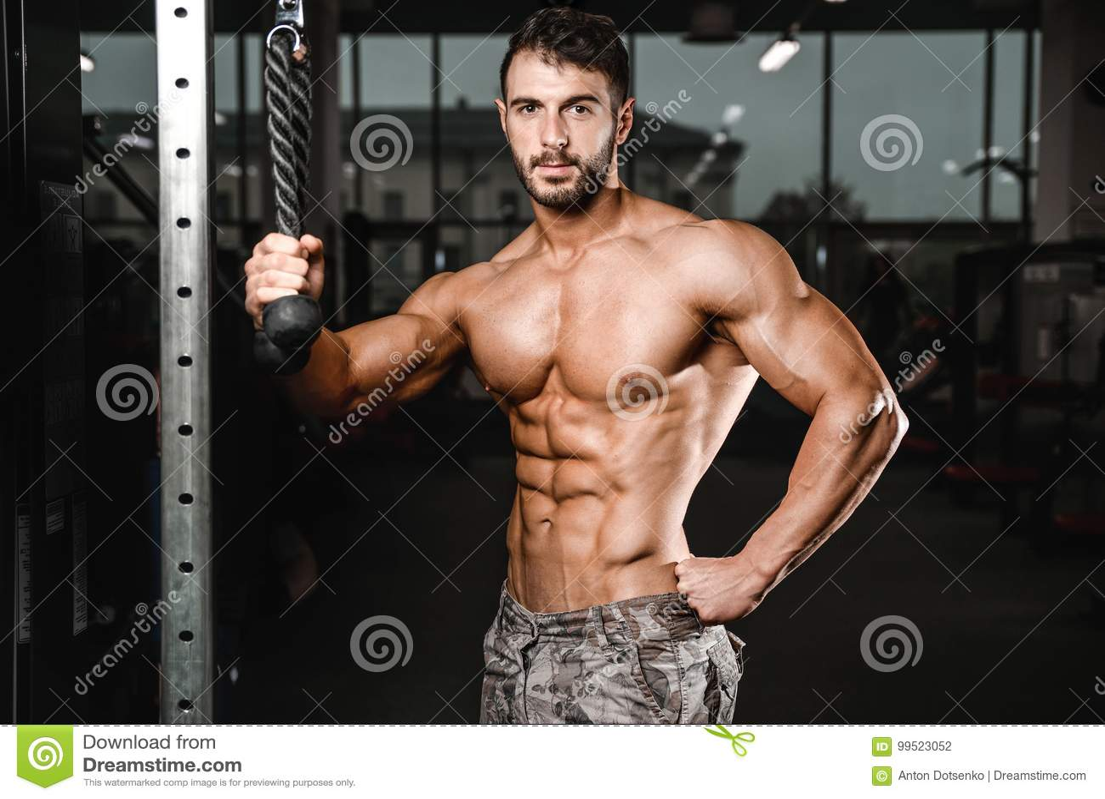 Kaukasisch sexy geschiktheidsmodel in gymnastiek dichte omhooggaande abs