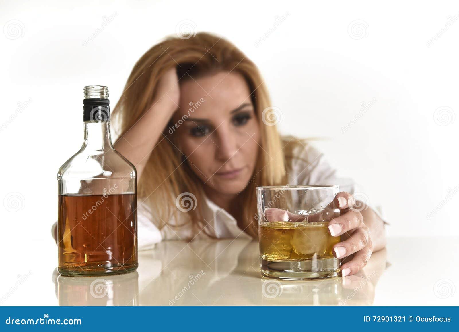Kaukasische blonde verspilde en gedeprimeerde alcoholische vrouw die gedronken drinken slordig van het Schotse whiskyglas