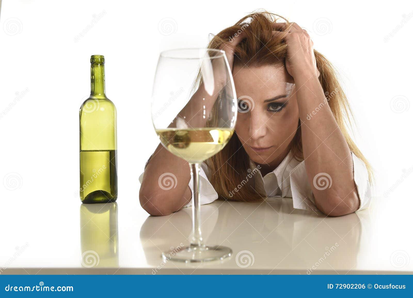 Kaukasische blonde verspilde en gedeprimeerde alcoholische vrouw die witte wijnglas gedronken kater drinken
