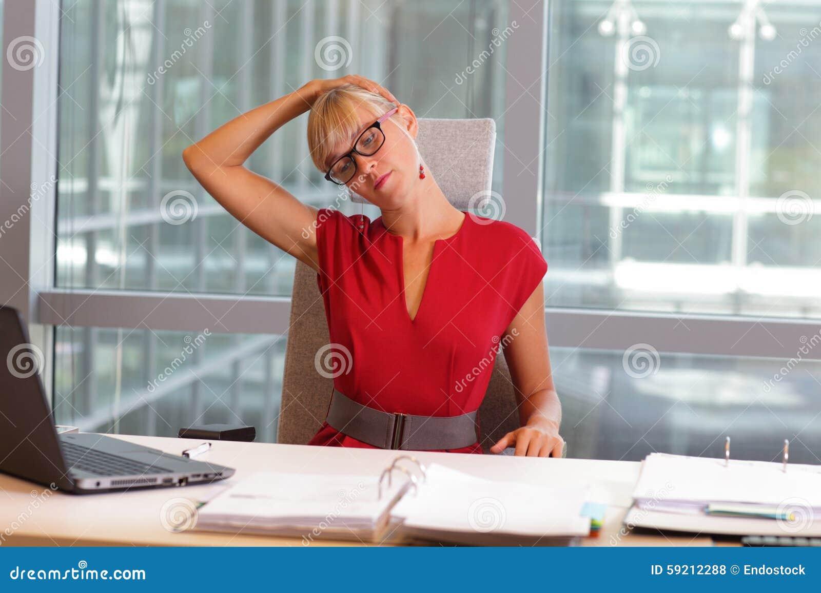 Kaukasische Geschäftsfrau in den Brillen, die Hals sich entspannen