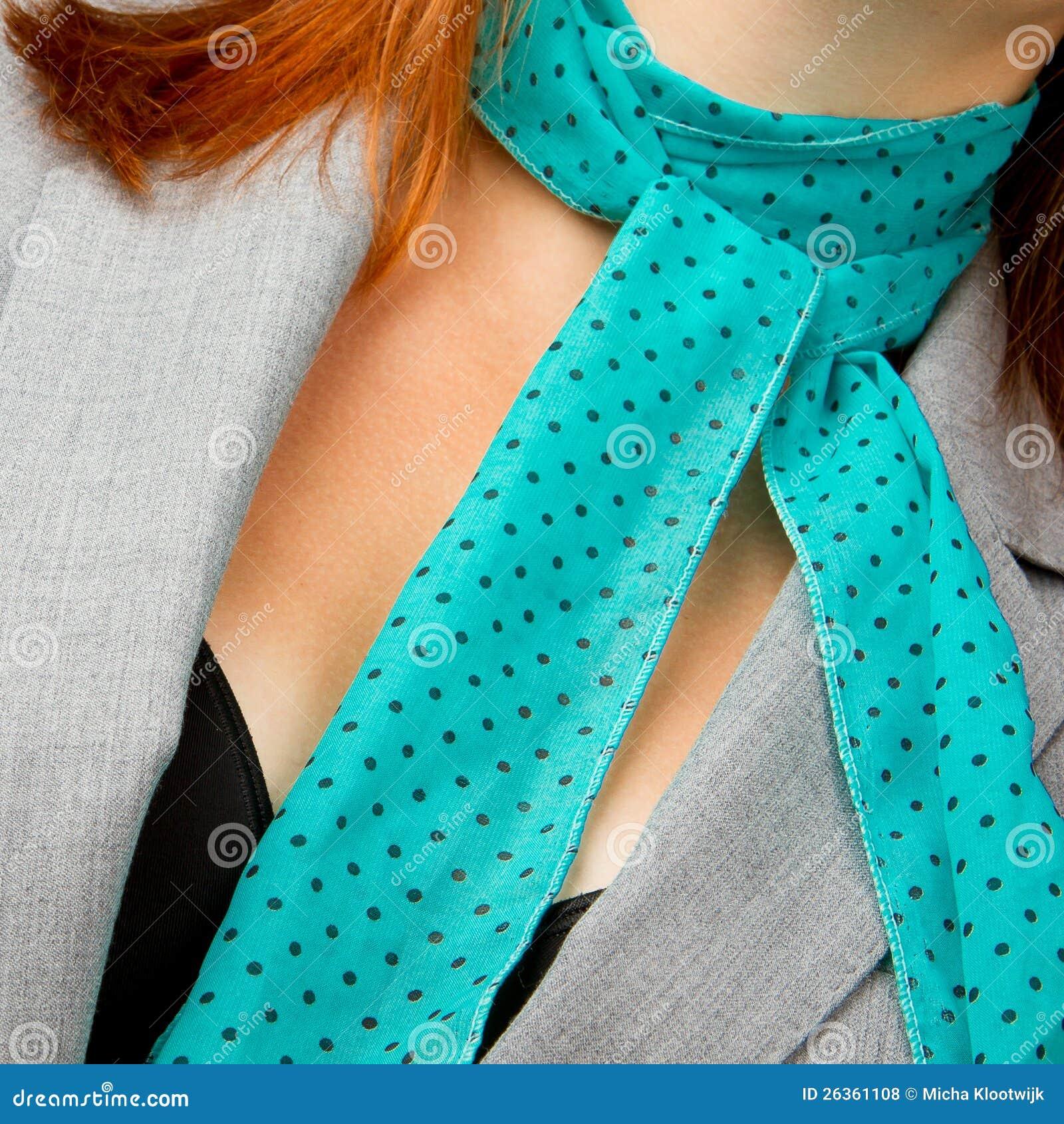 Kaukasische Geschäftsfrau mit einem Schal