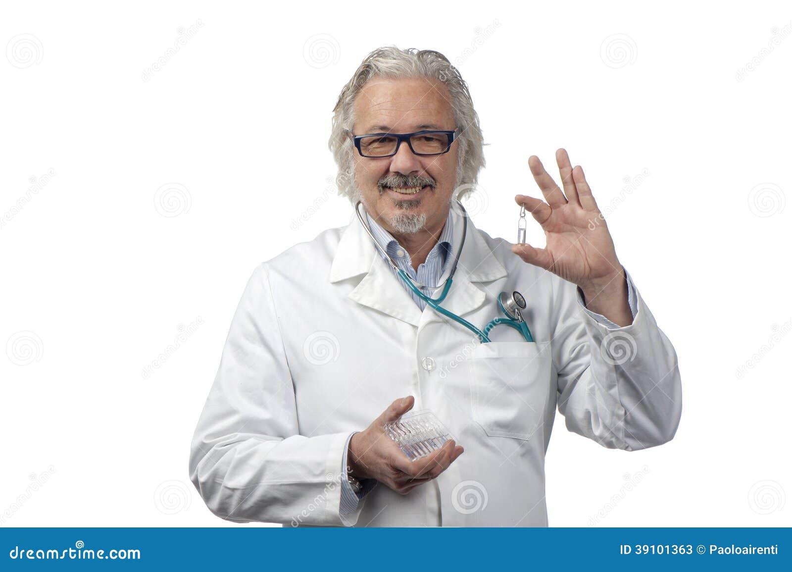 Kaukasische rijpe mannelijke arts op heldere achtergrond