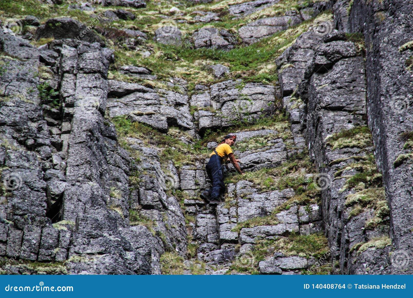 Kaukasischer weißer männlicher Kletterer in den Sportkleidungsaufstiegen