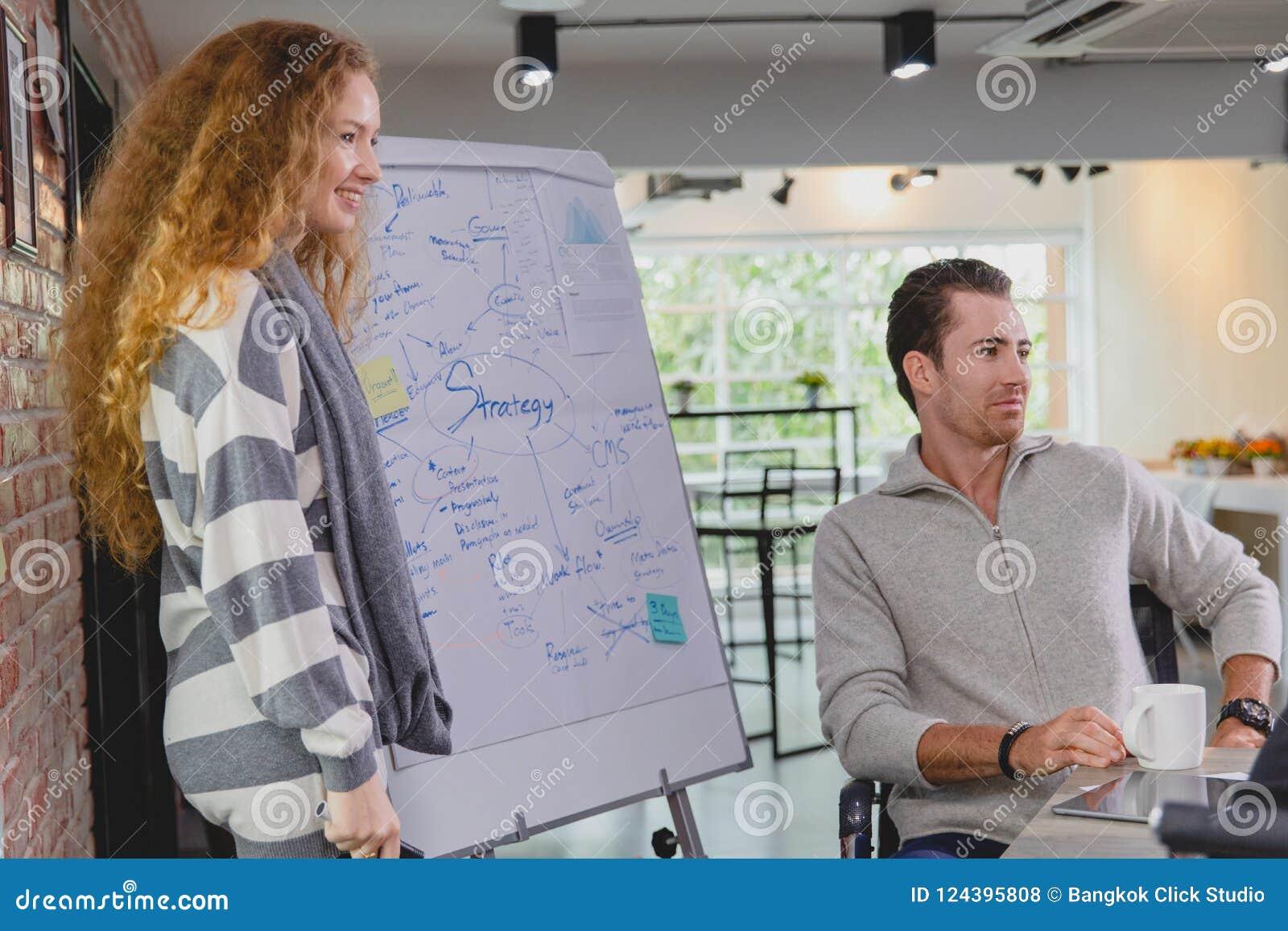 Kaukasisches junges Geschäft ist Anwesenheit im Konferenzsaal mit a
