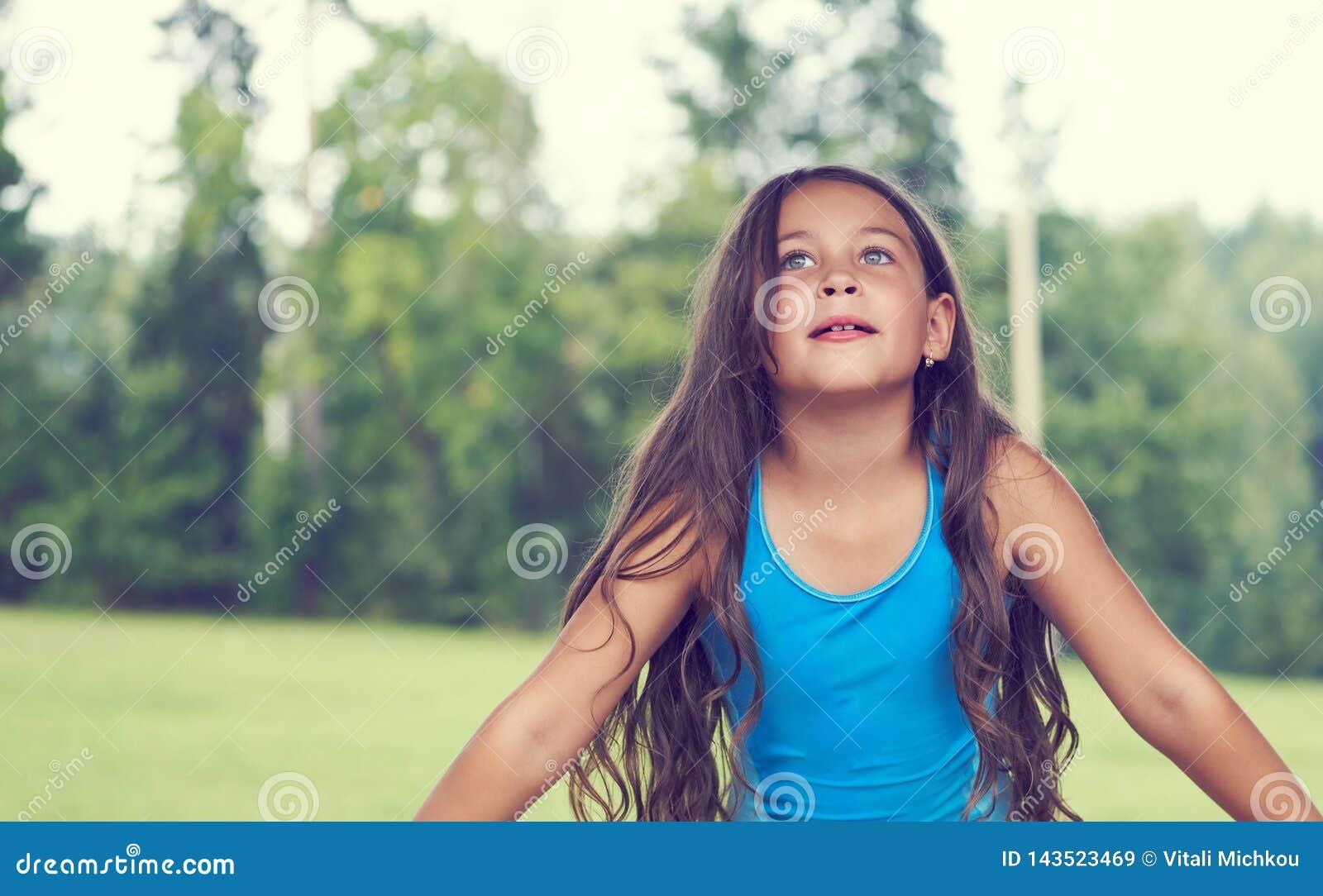 Kaukasisches kleines Mädchen mit dem langen Haar im Badeanzug Glückliches Kind