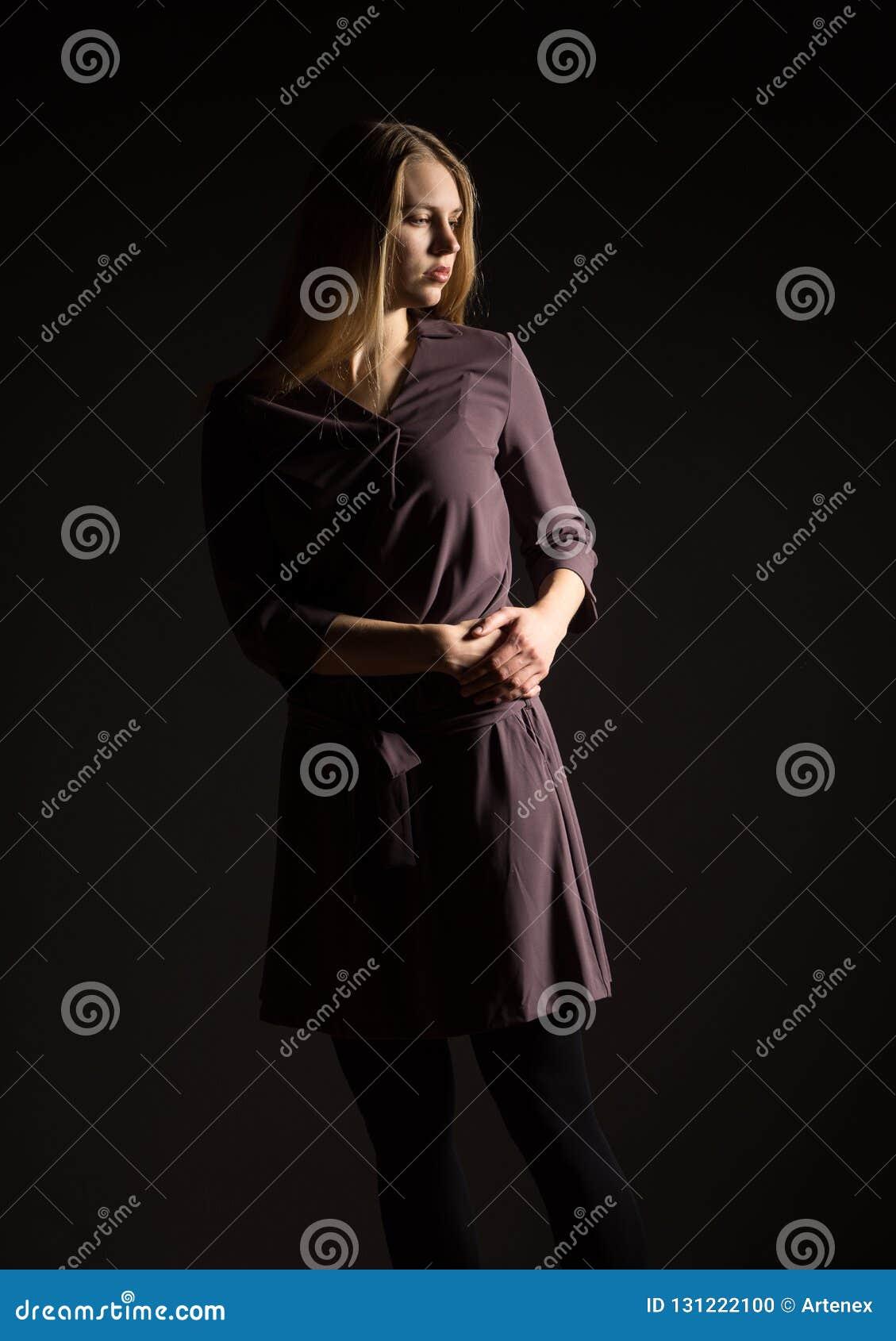 Kaukasisches weißes weibliches vorbildliches Porträt Schönes Mädchen, langes blondes Haar Frau, die Atelieraufnahme auf einem sch