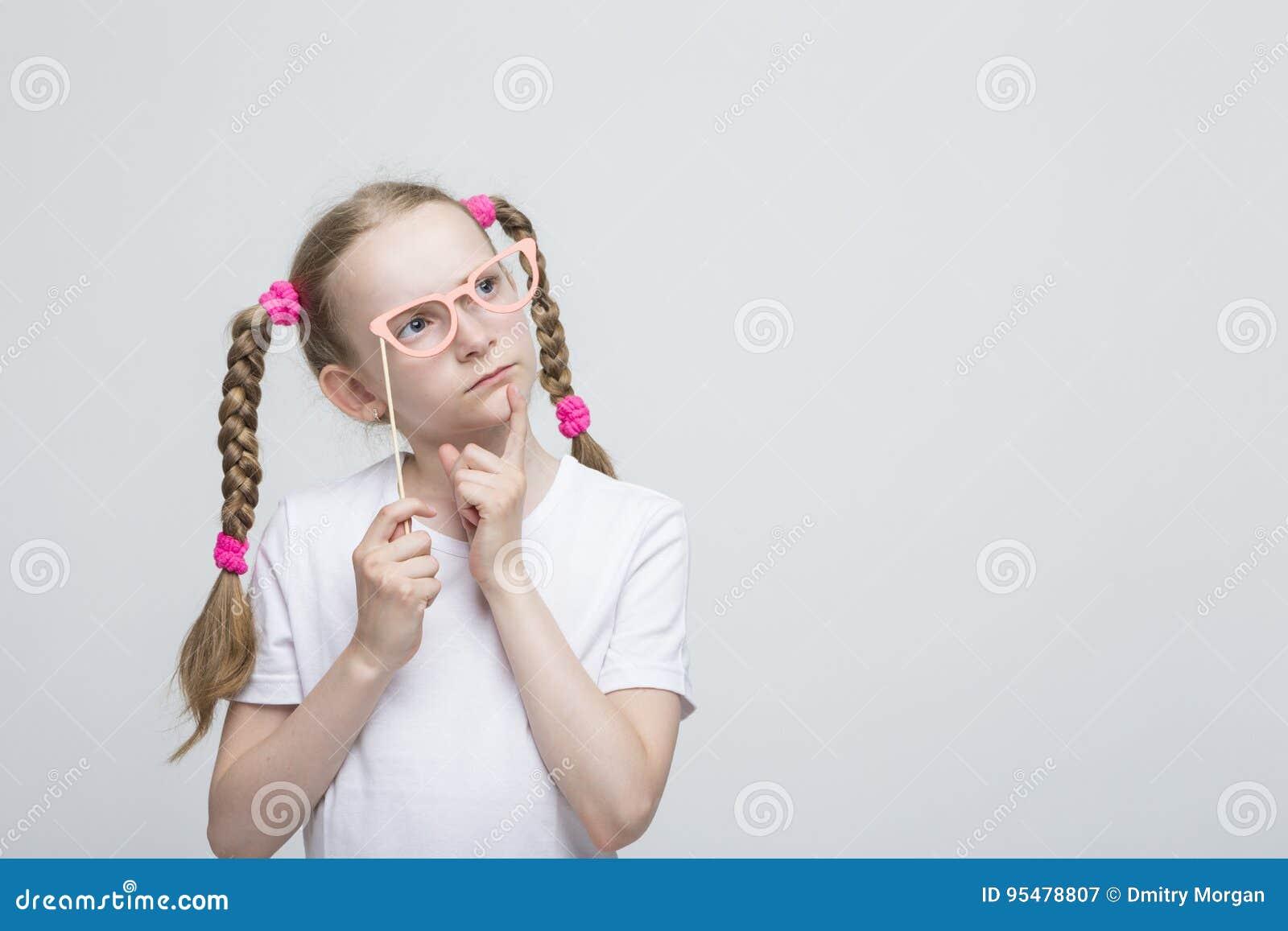 Kaukaska Blond dziewczyna Z Pigtails Pozuje z Artystycznymi widowiskami
