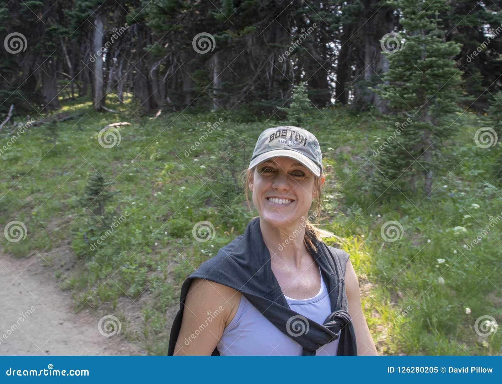 Kaukaska czterdzieści pięć yearold matka cieszy się podwyżkę w góra Dżdżystym parku narodowym, Waszyngton