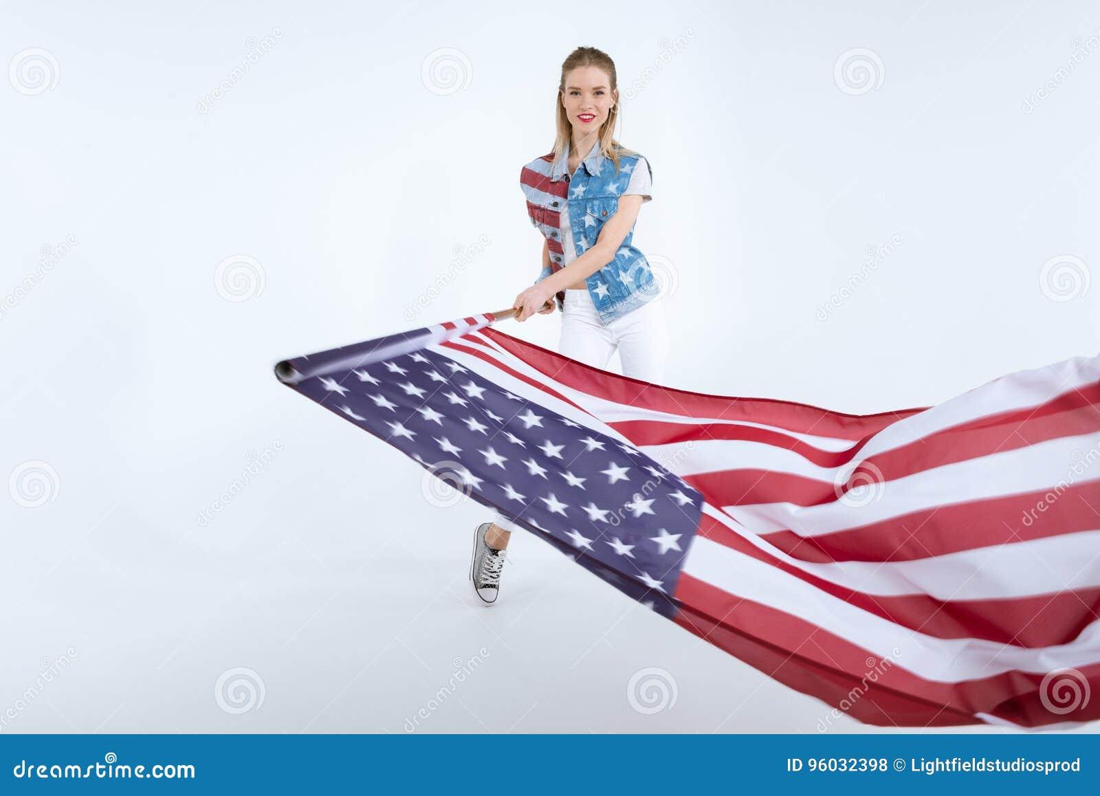 Kaukaska dziewczyna pozuje usa flaga i macha, dnia niepodległości świętowanie