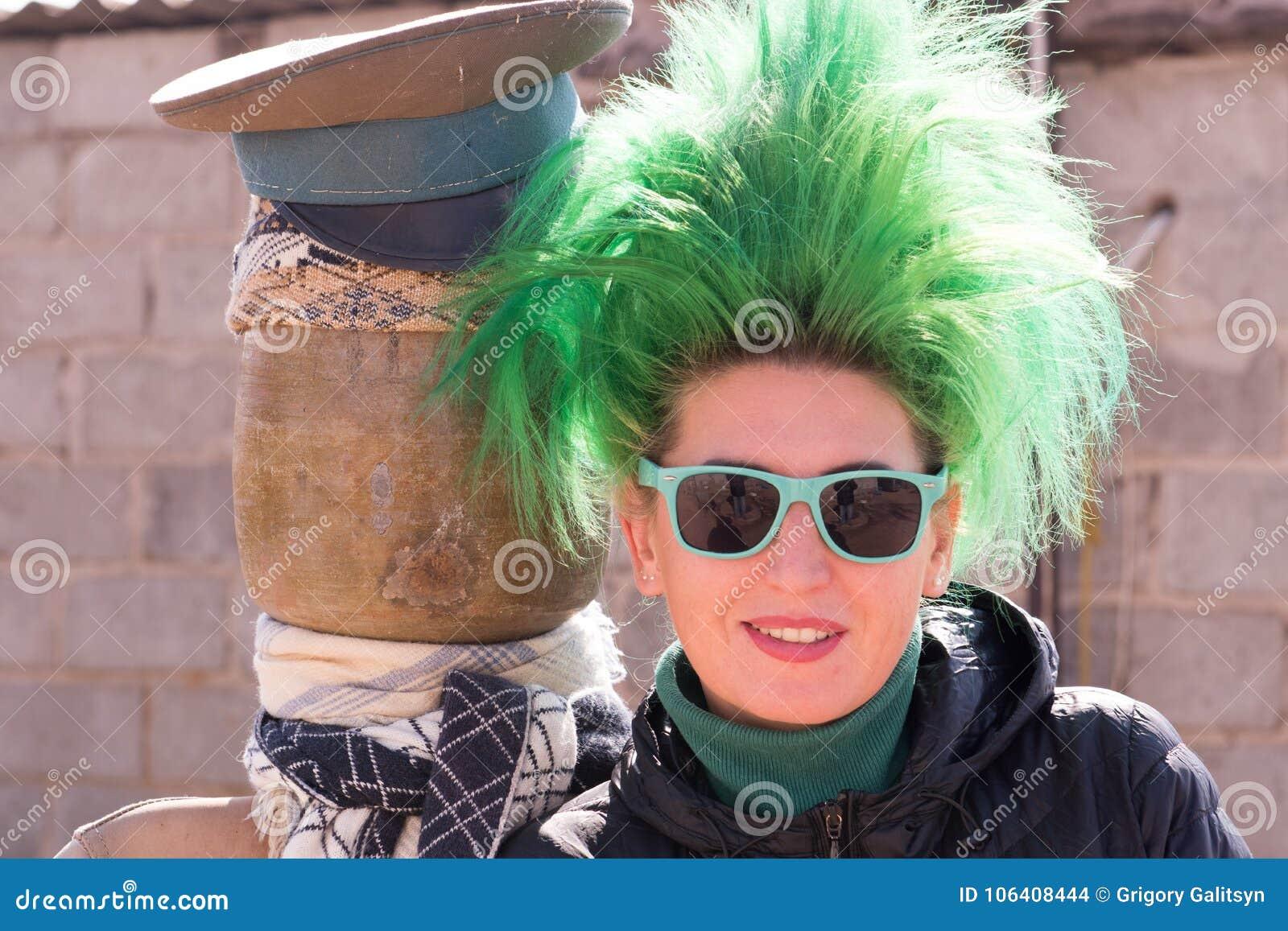Kaukaska dziewczyna z zielonym włosy na farmyard wioska dom