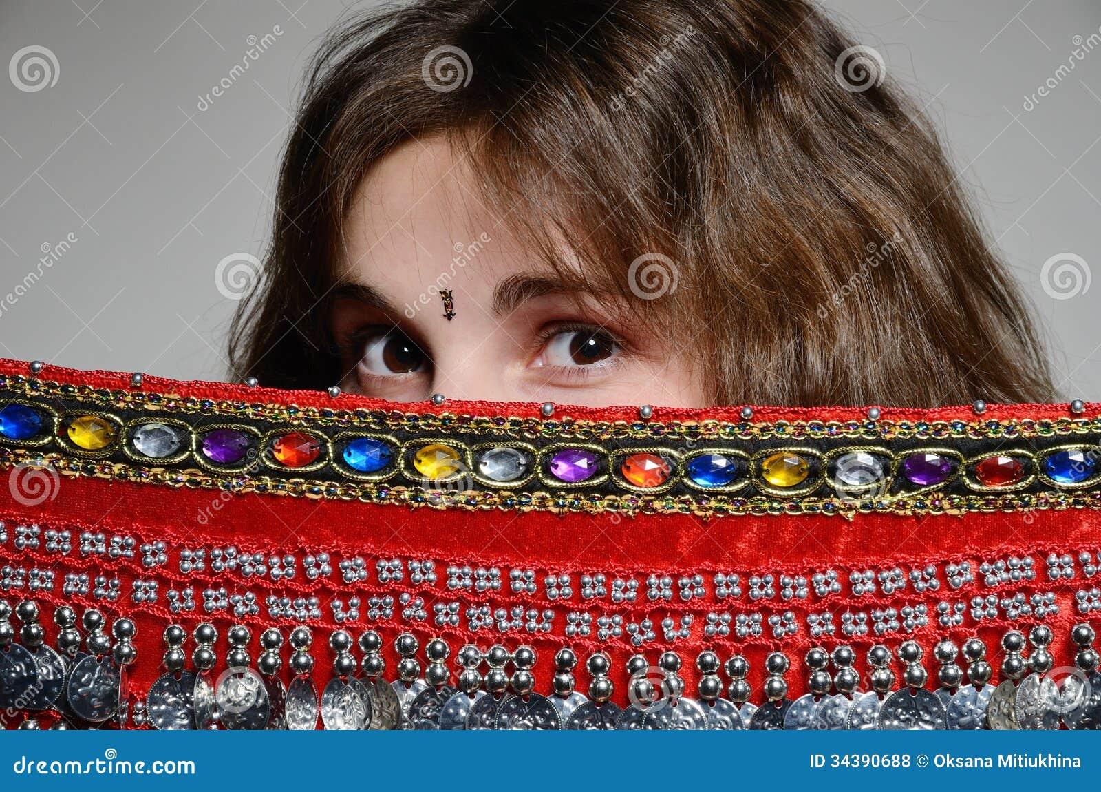 Kaukaska kobieta za orientalną chustą