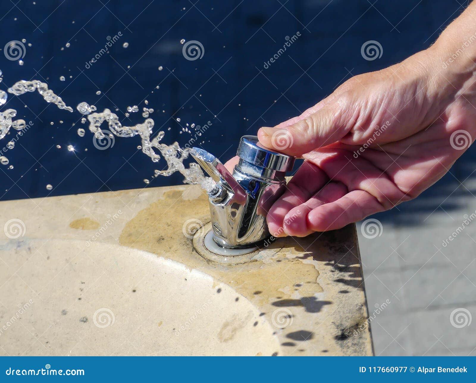 Kaukaska kobiety ręka otwiera wodnego klepnięcie,
