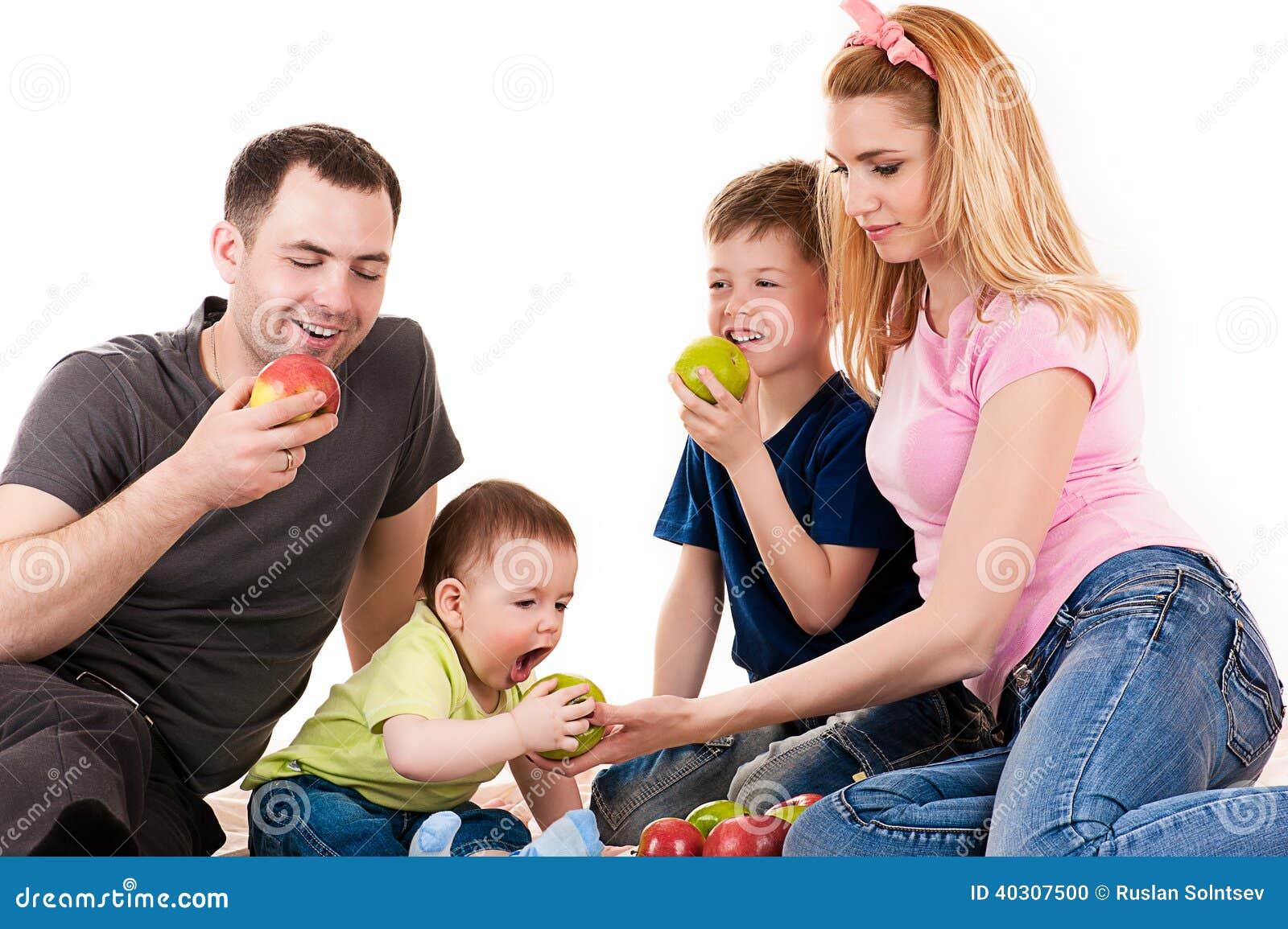 Kaukaska rodzina z dziećmi je jabłka
