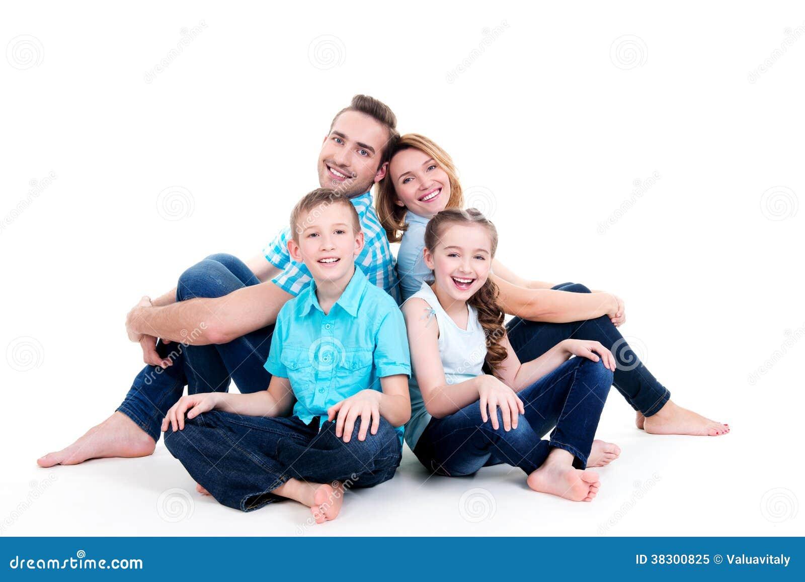 Kaukaska szczęśliwa uśmiechnięta młoda rodzina z dwa dziećmi