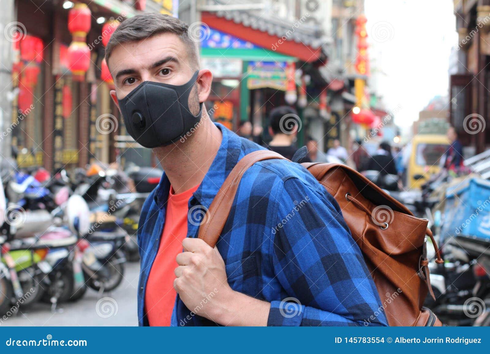 Kaukaska turystyczna u?ywa zanieczyszczenie maska w Azja