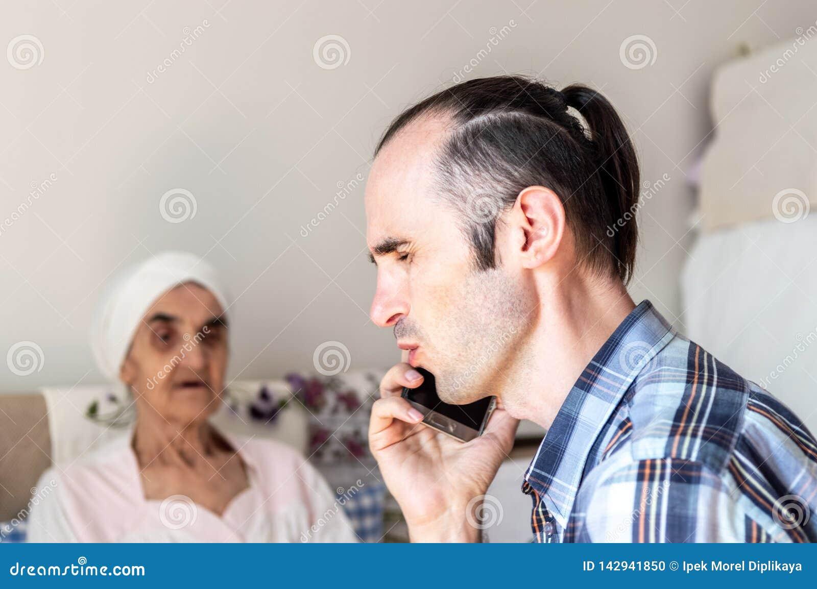 Kaukaski mężczyzna opowiada złą wiadomość na telefonie i otrzymywa z stubbly brodą