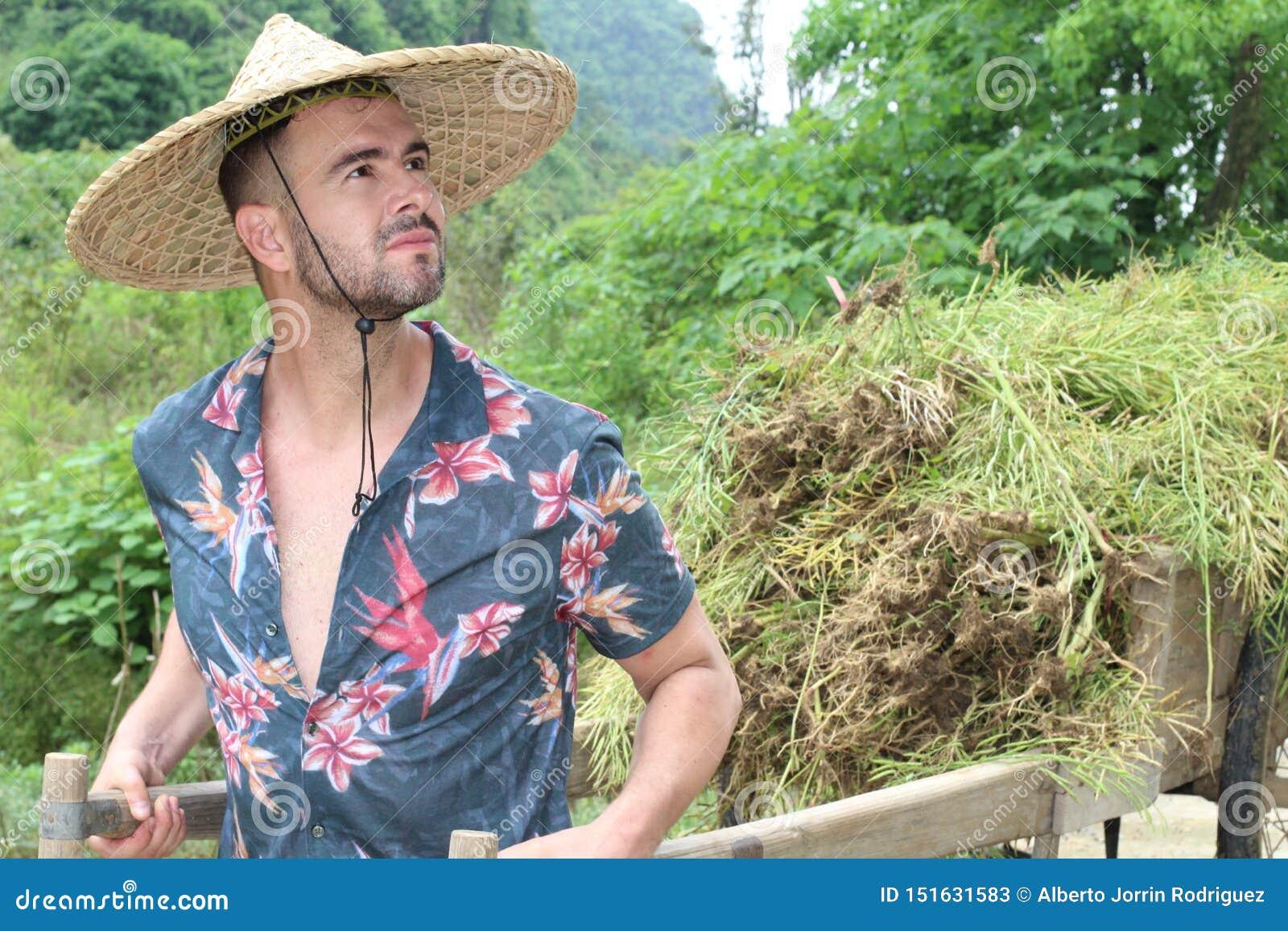 Kaukaski mężczyzna pracuje w azjaty gospodarstwie rolnym