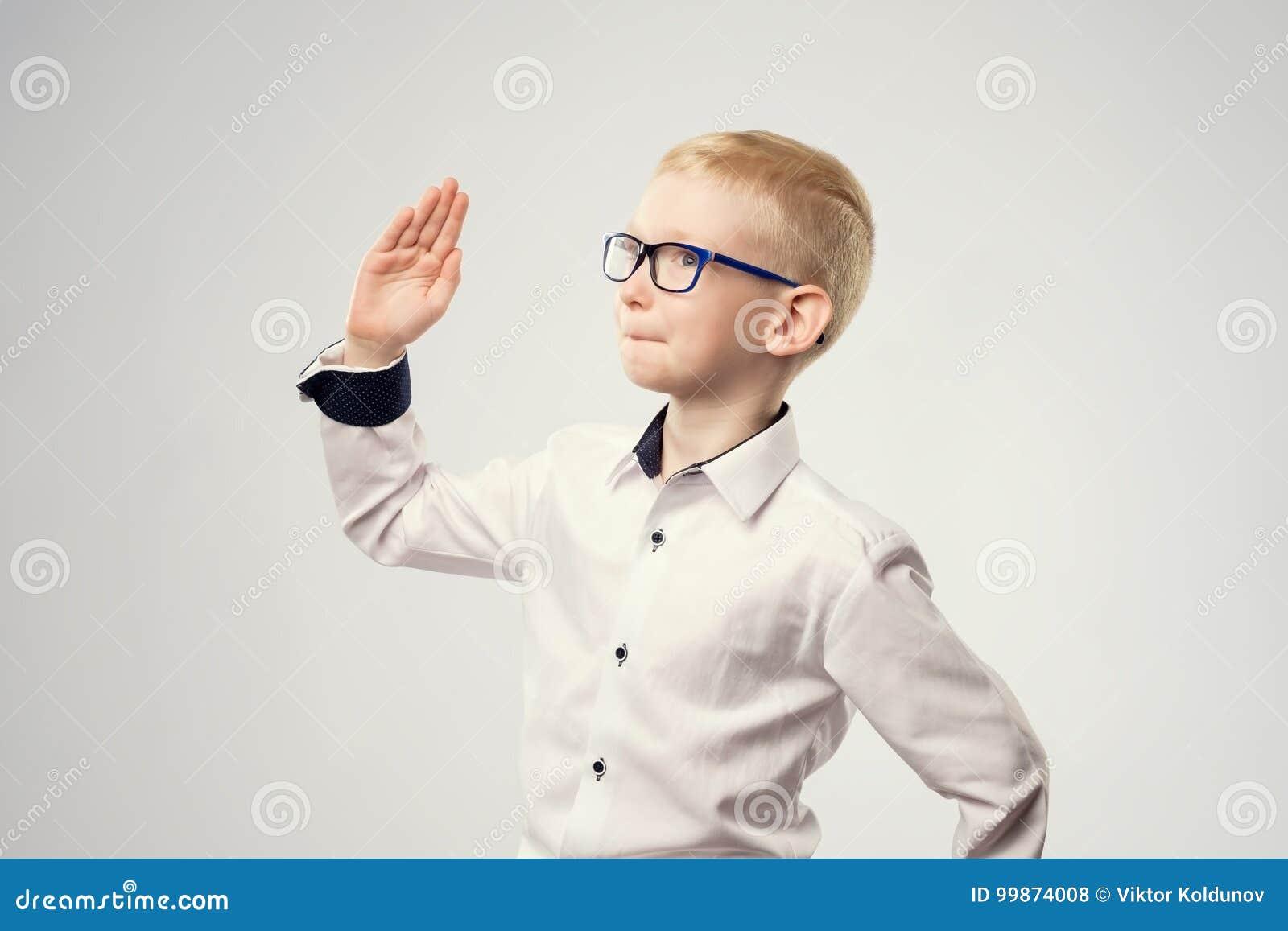 Kaukaski uczeń z jego ręką podnosił gotowego odpowiadać pytanie
