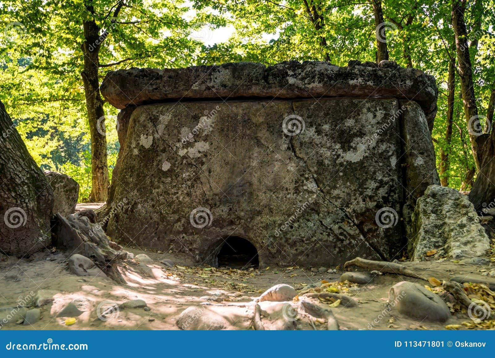 Kaukasus dolmen i skog